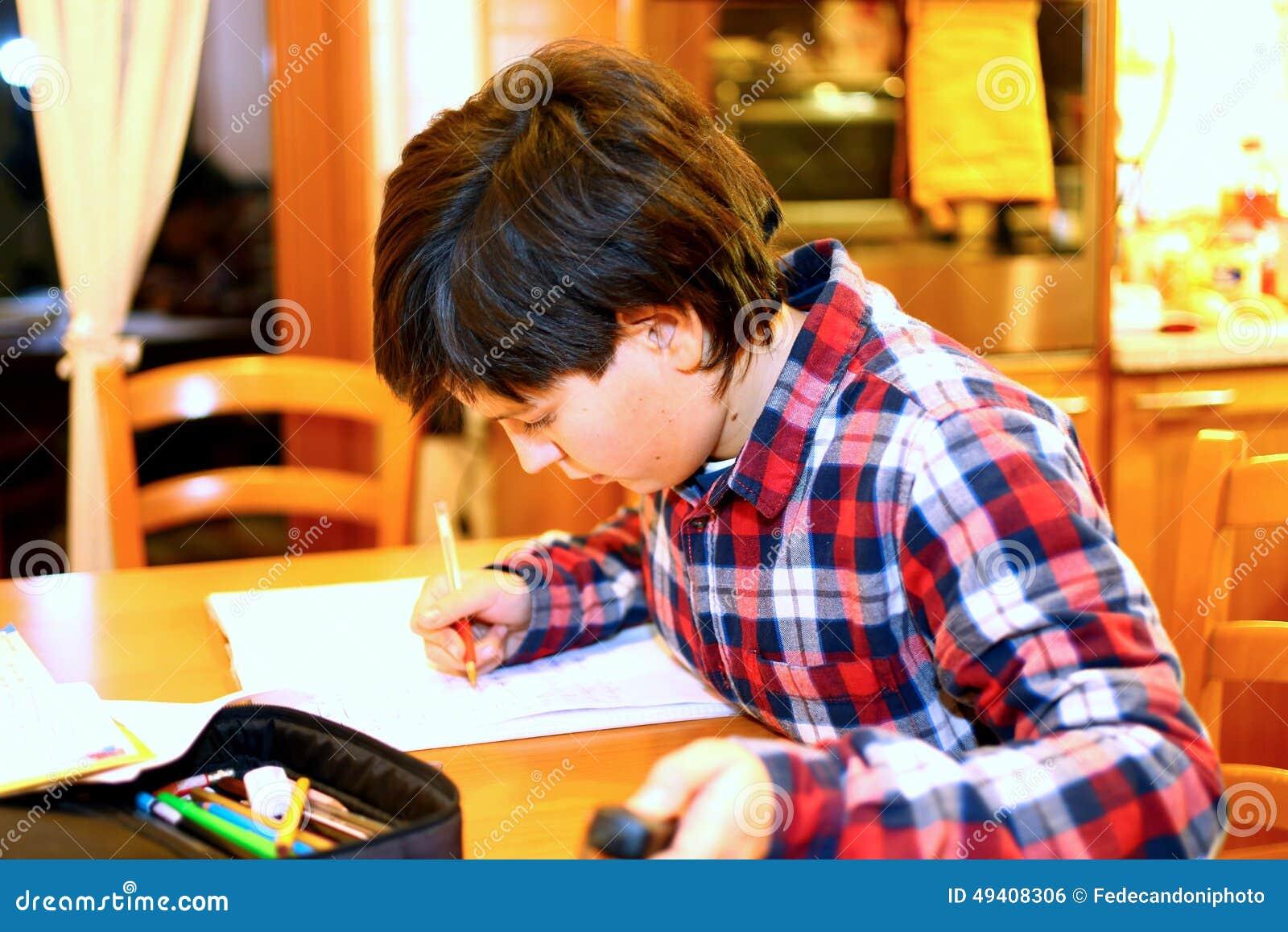 Download Lächelnder JUNGE Schreibt Auf Sein Notizbuch Stockfoto - Bild von jugend, educations: 49408306