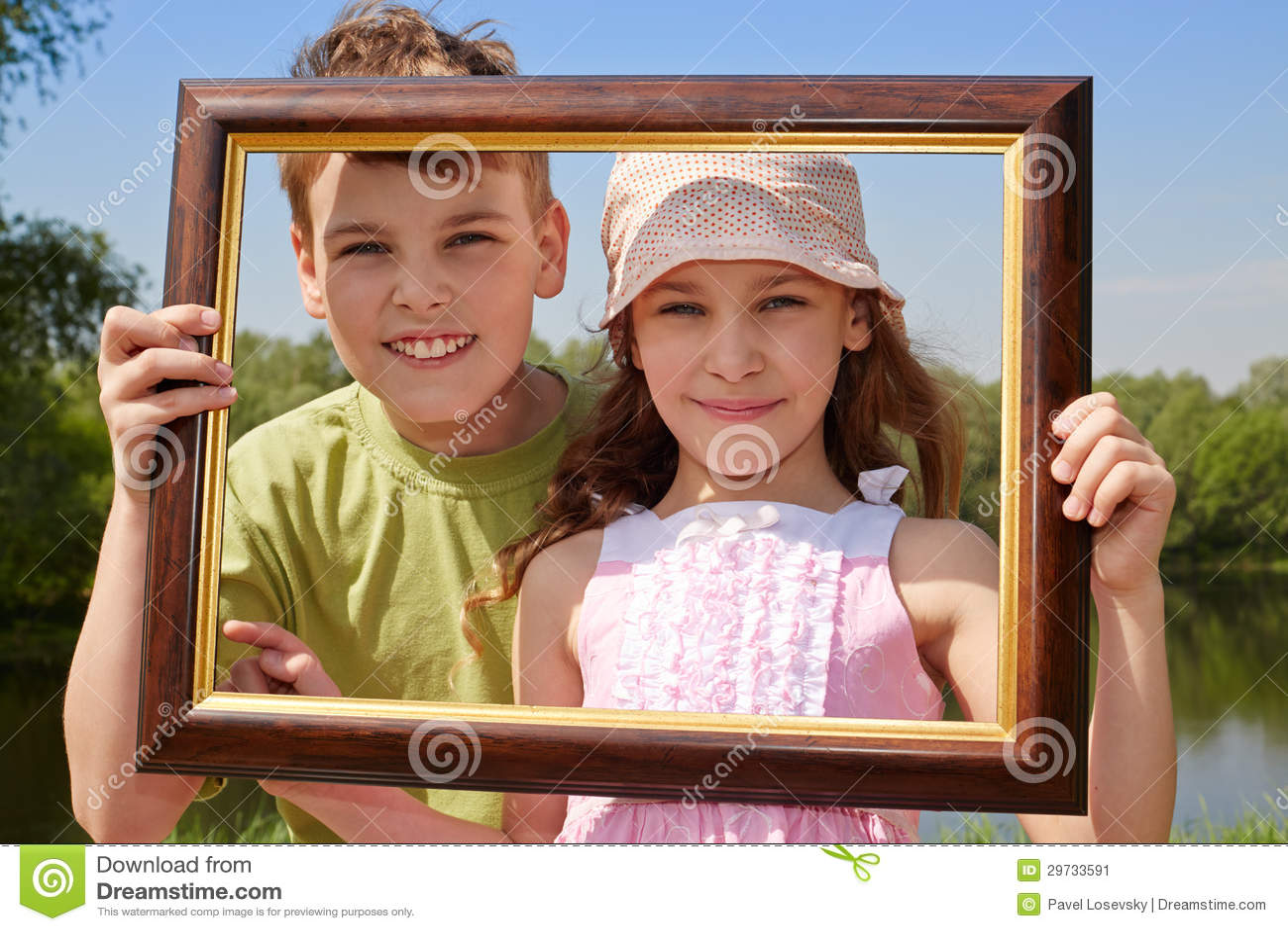 l chelnder m dchen und jungenstand drau en bilderrahmen halten stockbild bild 29733591. Black Bedroom Furniture Sets. Home Design Ideas
