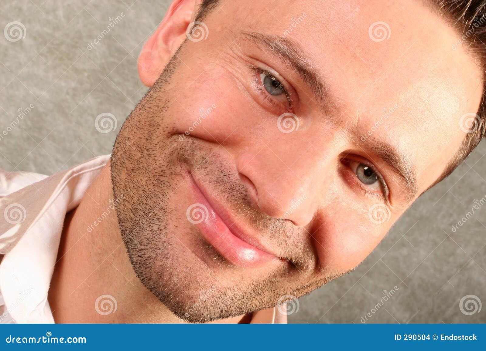 Lächelnder stattlicher Mann