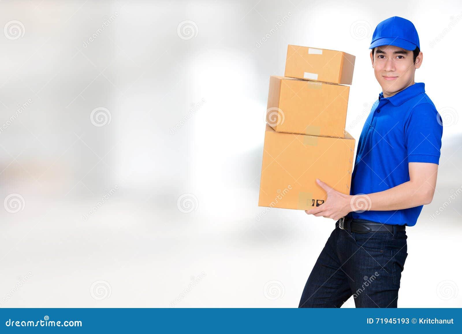 Lächelnder tragender Paketkasten des Lieferers