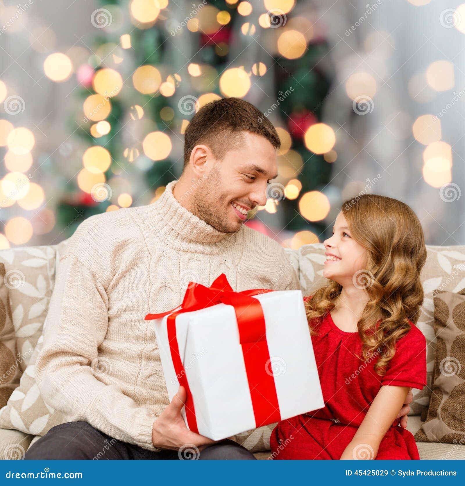 Lächelnder Vater und Tochter mit Geschenkbox