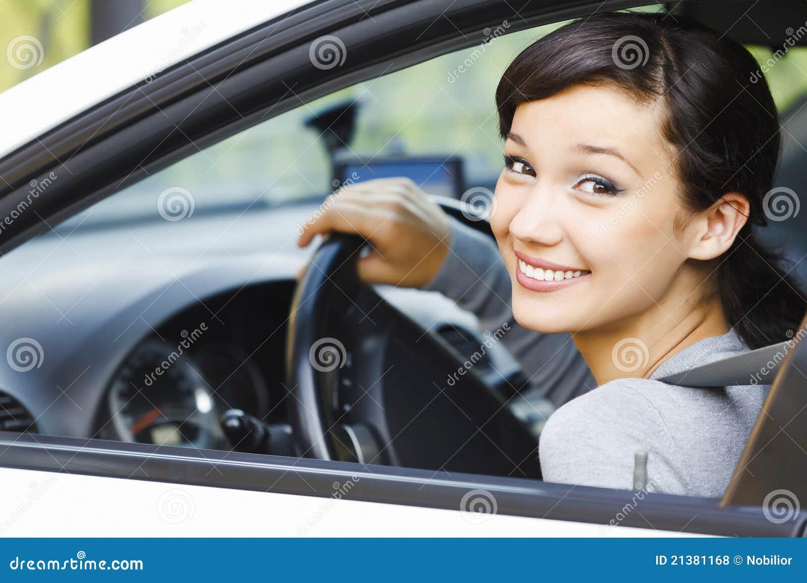Lächelnder weiblicher Treiber