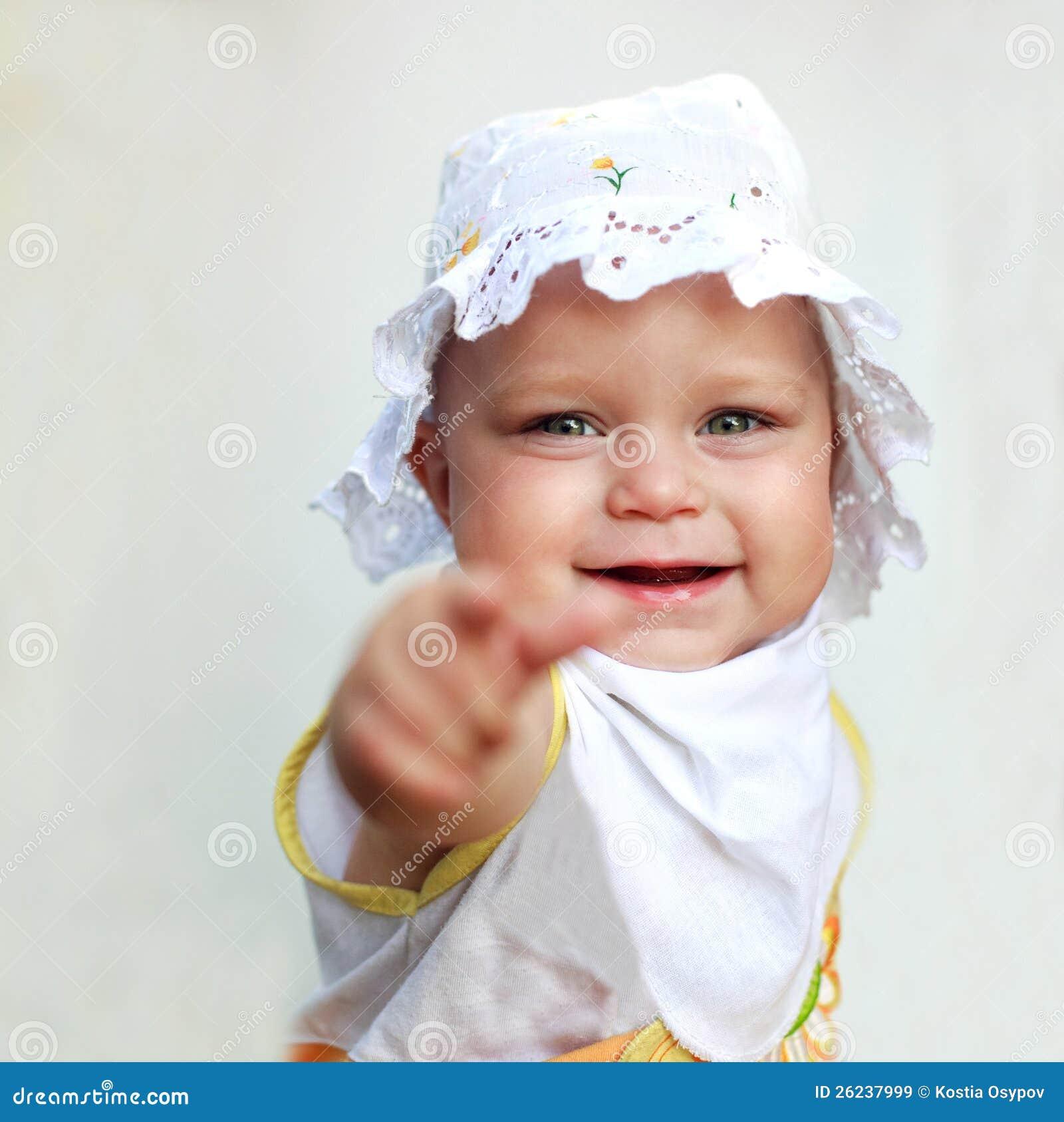 Lächelndes Baby, das einen Finger zeigt