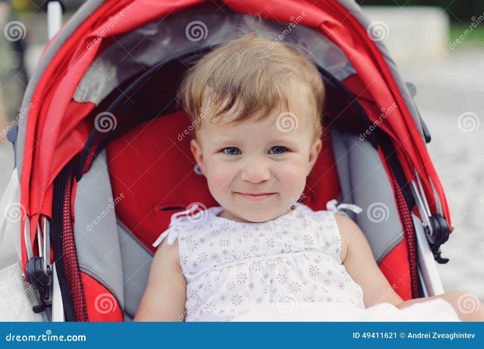 Download Lächelndes Baby Im Spaziergänger Stockbild - Bild von jung, sommer: 49411621