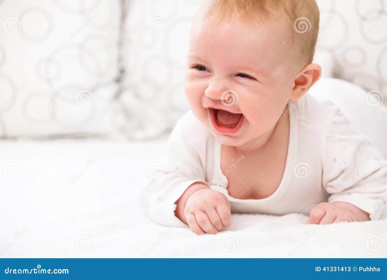 l chelndes baby liegen im bett stockfoto bild 41331413. Black Bedroom Furniture Sets. Home Design Ideas