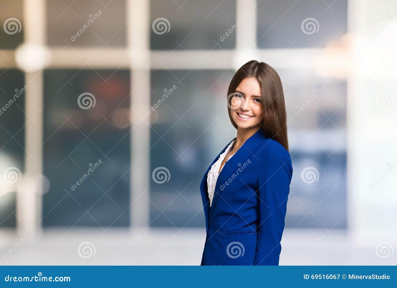 Lächelndes Frauenporträt, großer Kopieraum