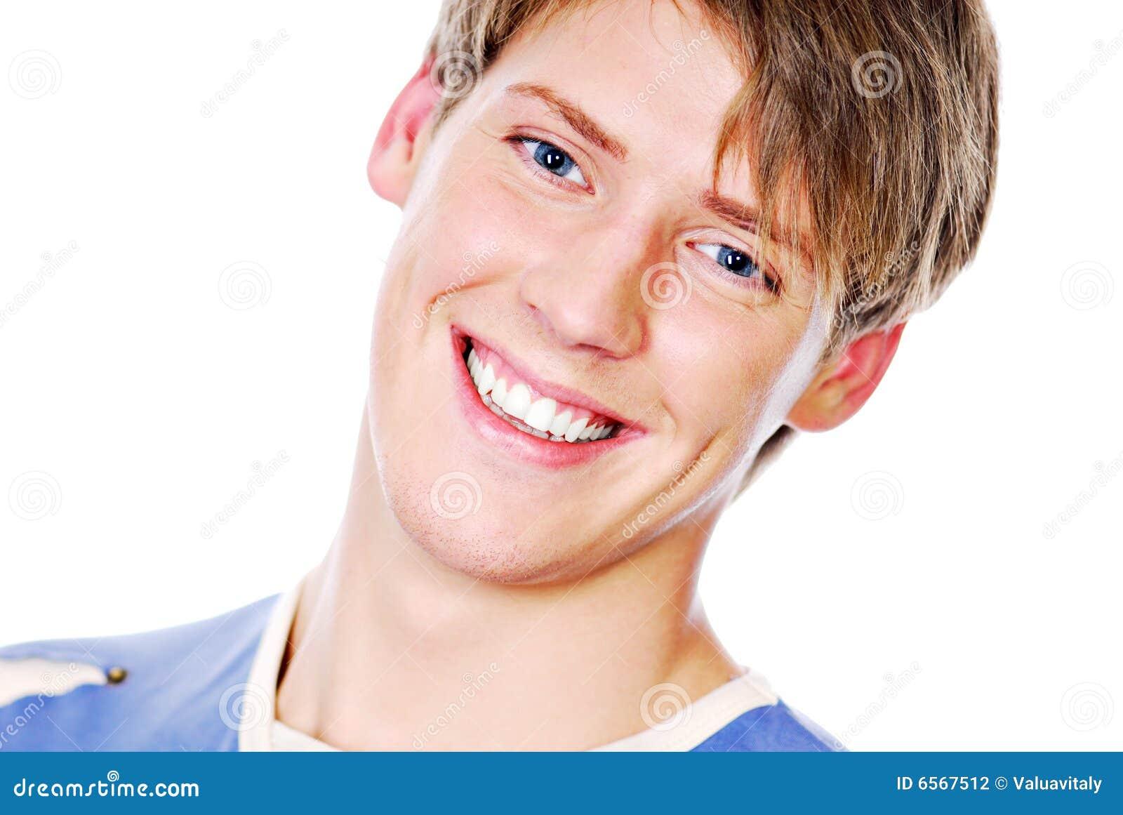 Lächelndes Gesicht des stattlichen Jugendlichen