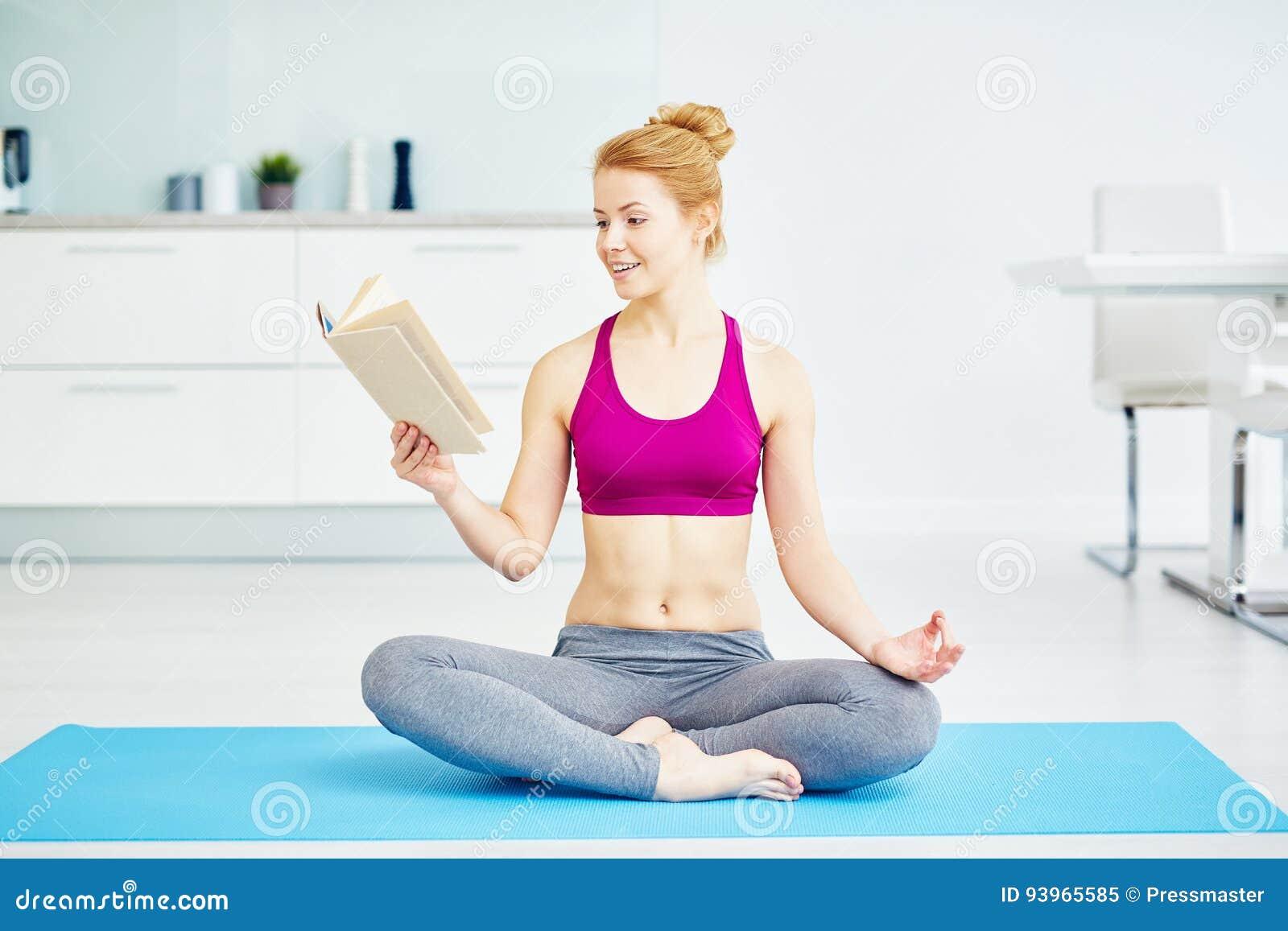 Lächelndes Jogi-Frauen-Lesebuch