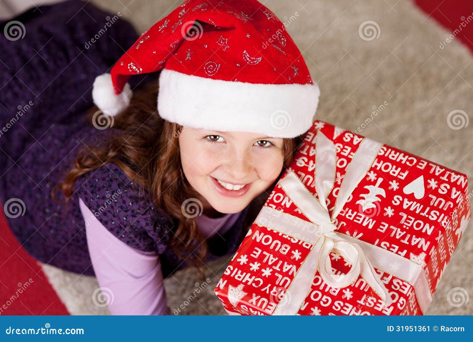Lächelndes Junges Mädchen Mit Einem Weihnachtsgeschenk Stockbild ...