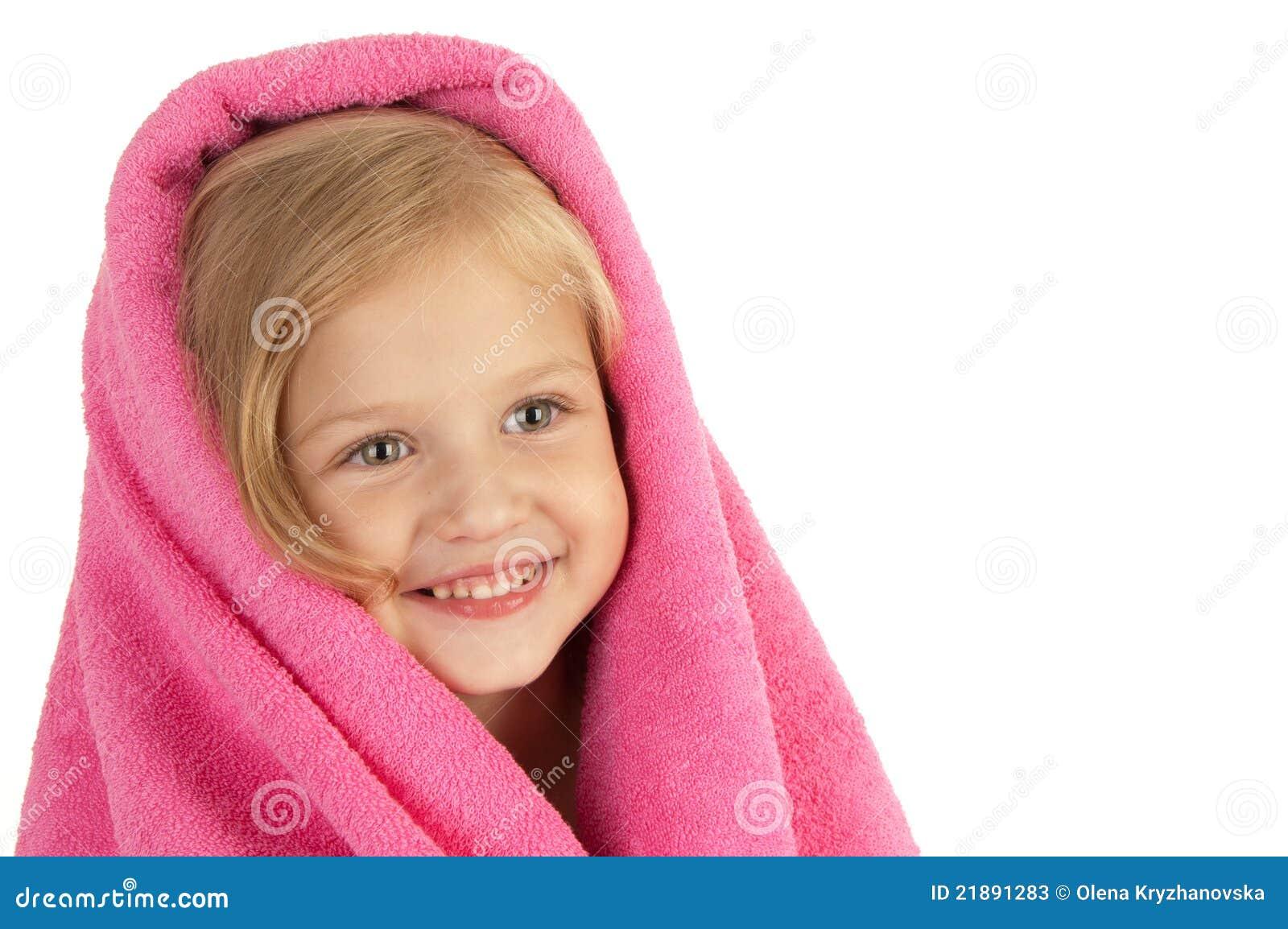 Lächelndes kleines Mädchen eingewickelt in einem rosafarbenen Tuch