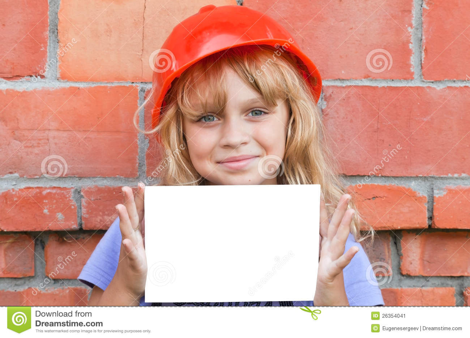 Lächelndes littl Mädchen mit Sturzhelm und weißer Karte
