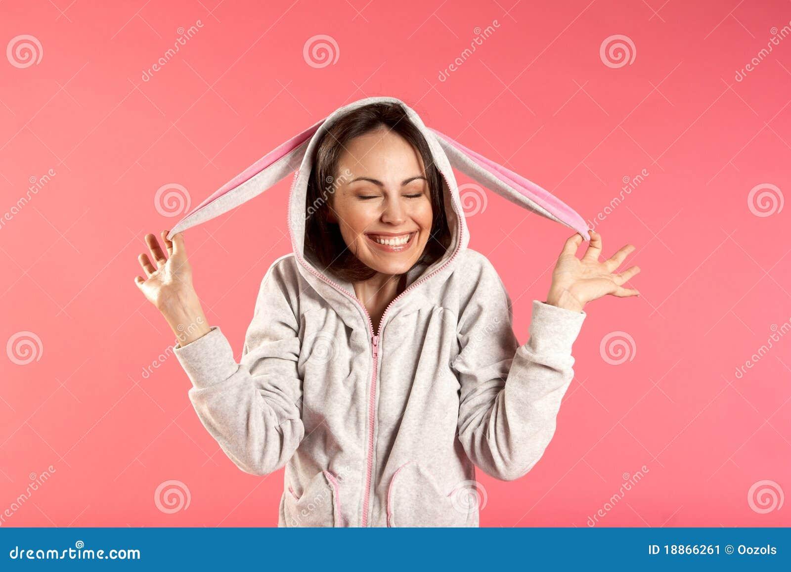 Lächelndes Mädchen in einem Kaninchenkostüm