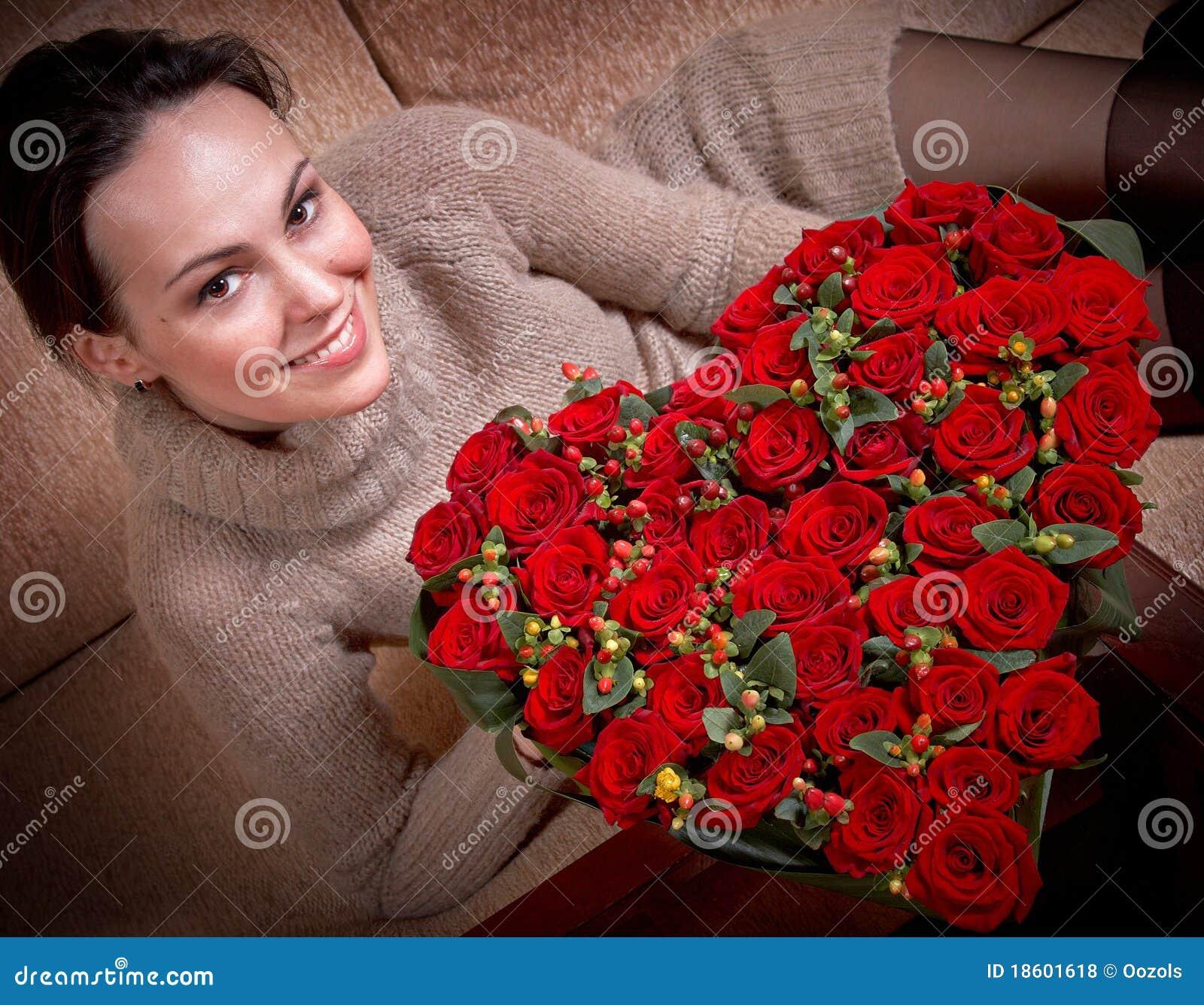 Lächelndes Mädchen und rote Rosen