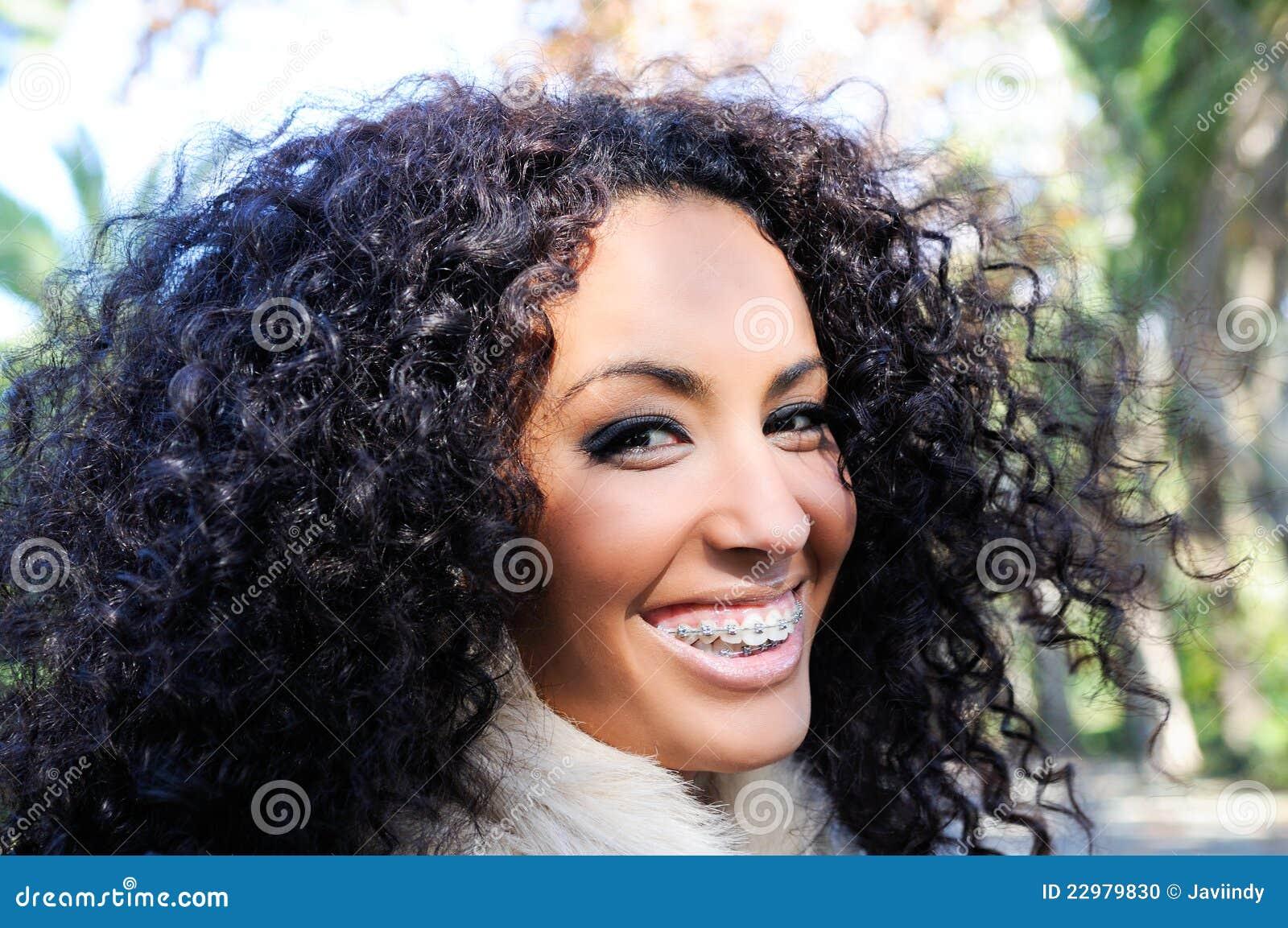 Lächelndes schwarzes Mädchen mit Klammern
