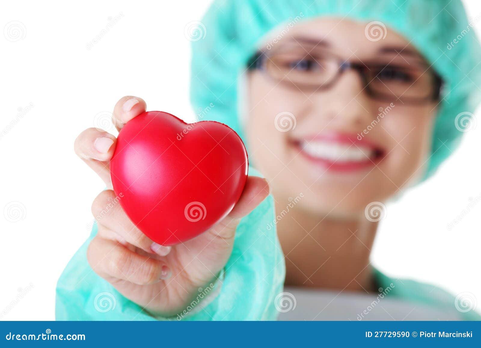 Lächelndes weibliches Doktor- oder Krankenschwesterholdinginneres