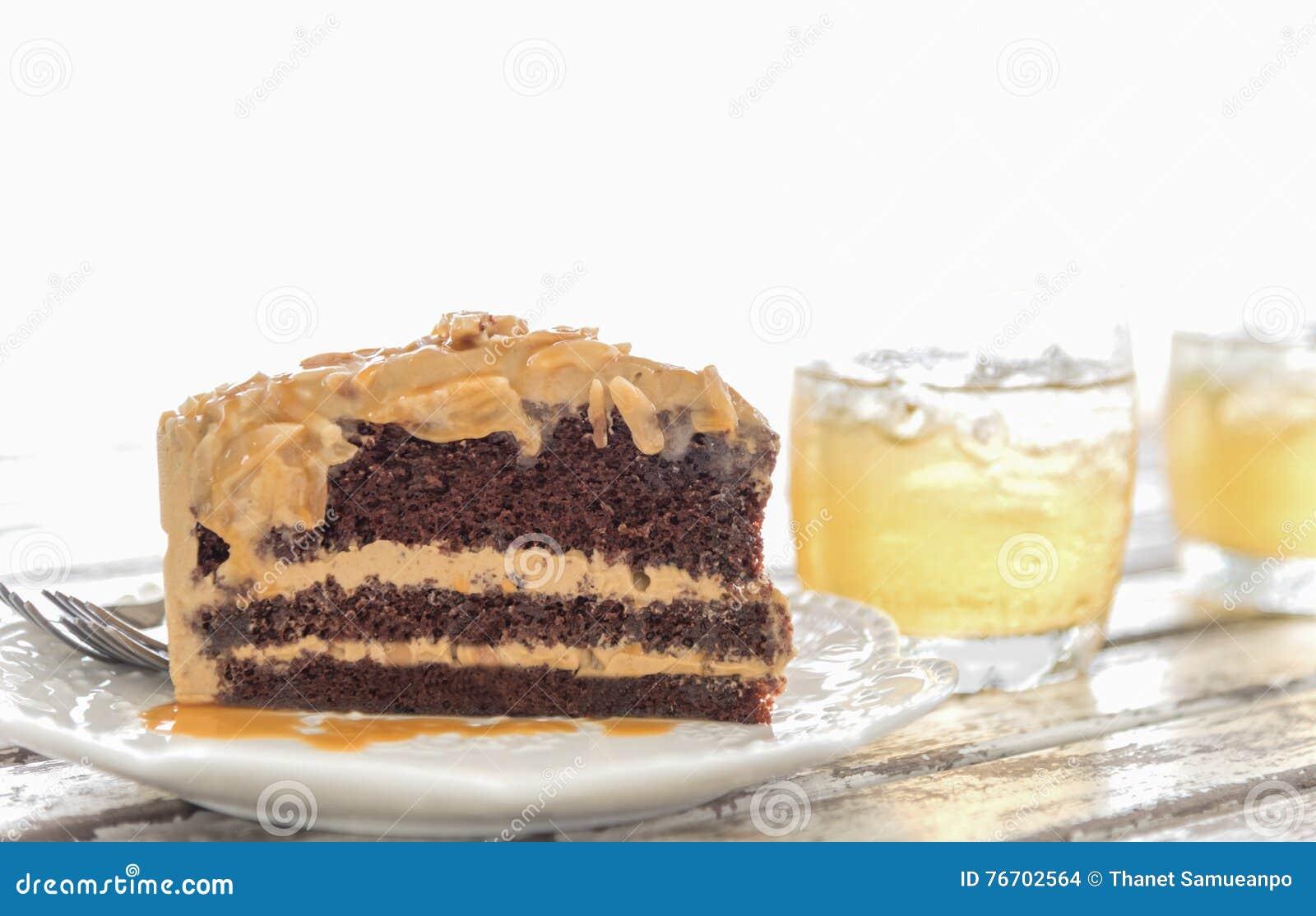 Läcker kaka på plattan på trätabellen