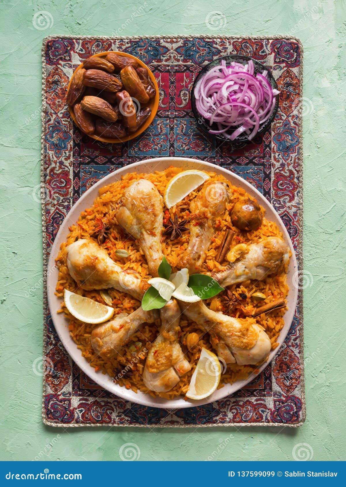 Läcker kryddig höna Biryani i den vita bunken på svart indisk eller pakistansk mat för bakgrund,