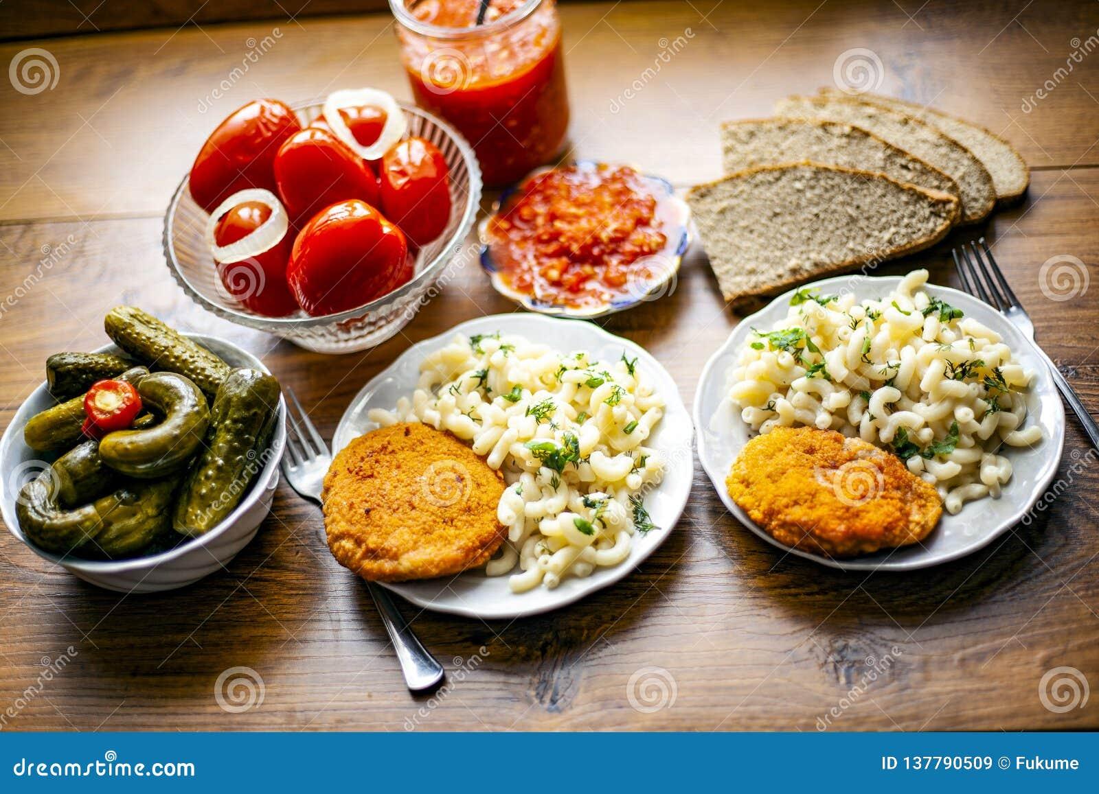 Läcker lunch med inlagda grönsaker