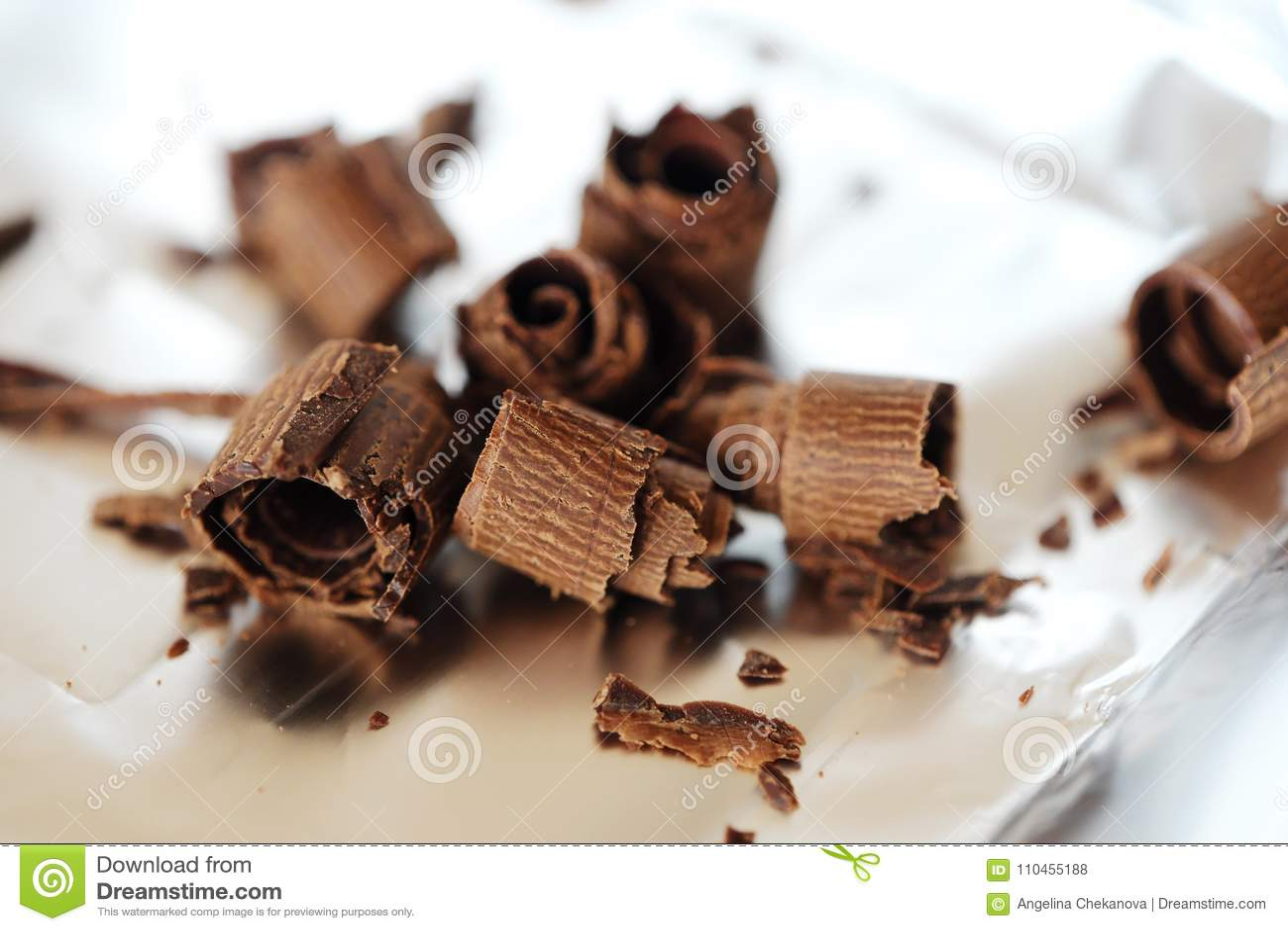 Läcker mörk choklad på foliebakgrunden
