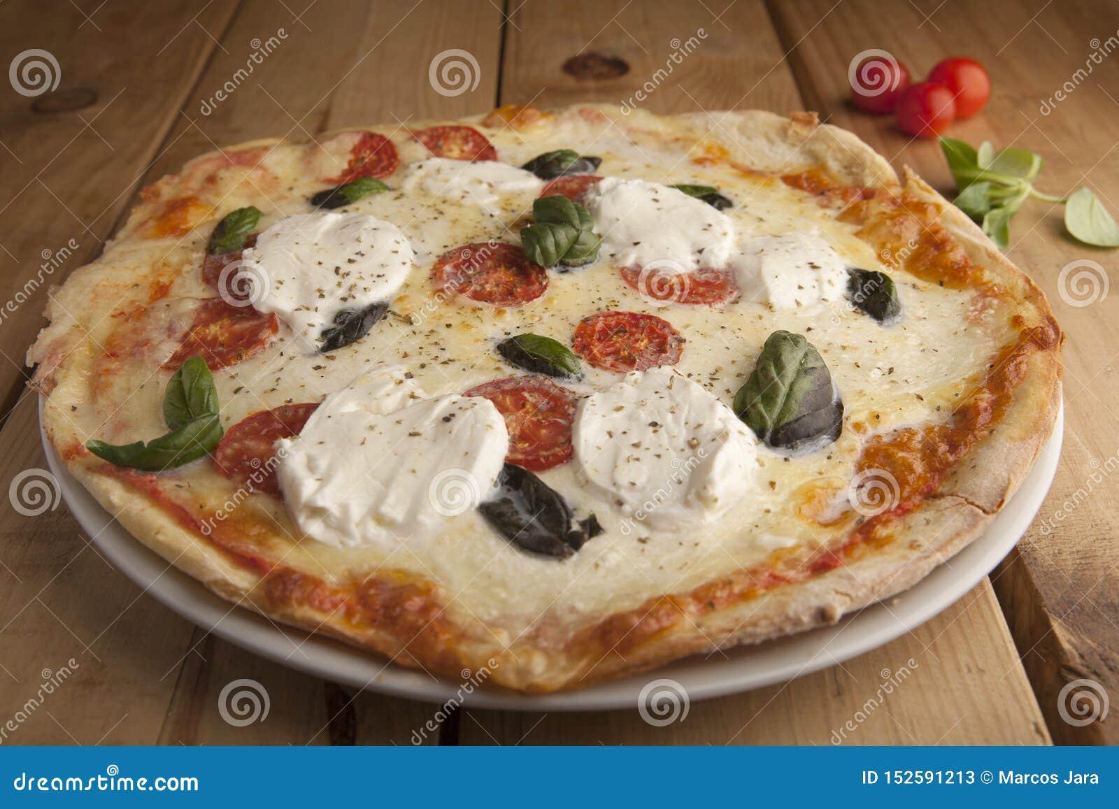 Läcker mozzarellapizza på en trätabell