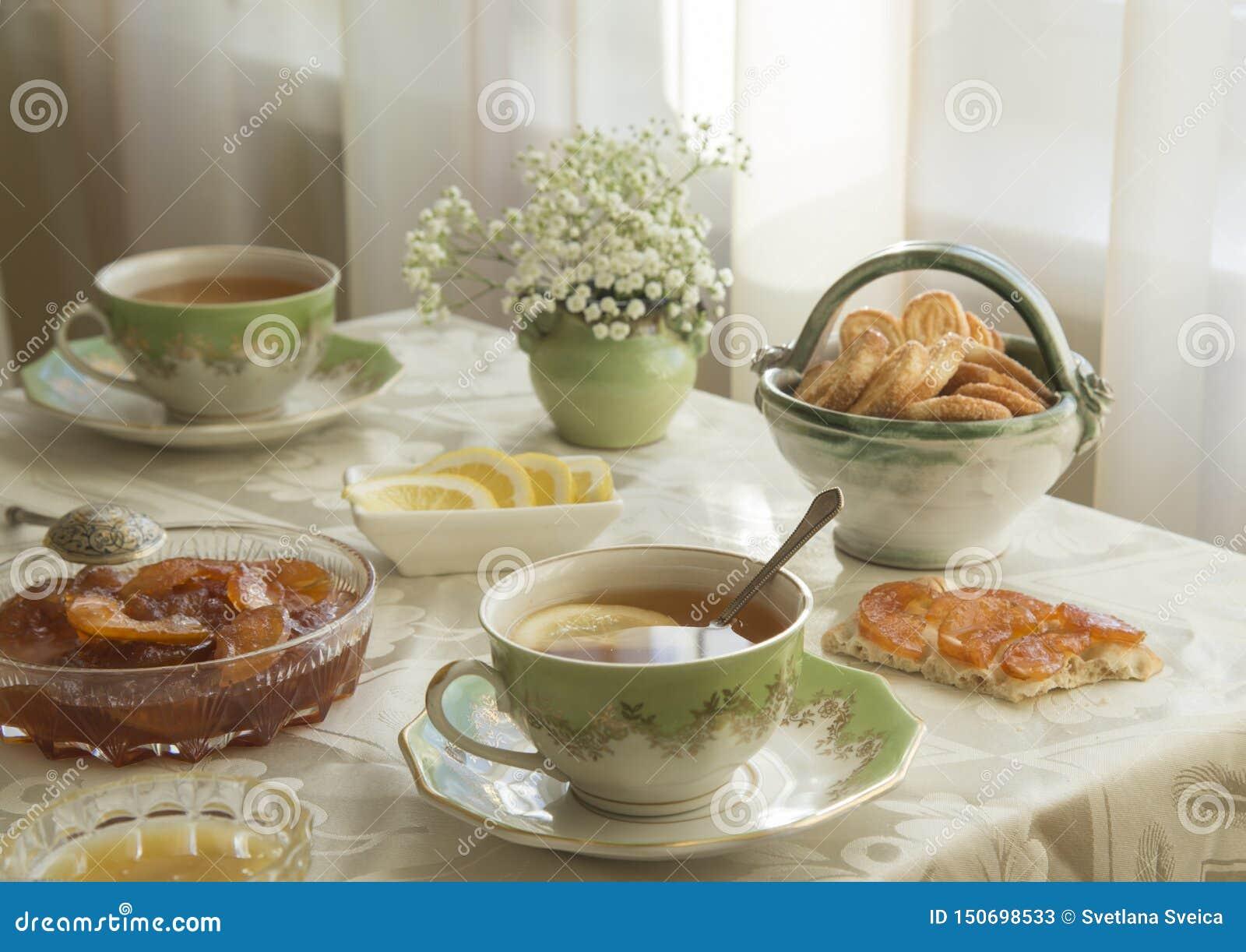 Läcker ny frukost för två Te med citronen, äppledriftstopp och kex