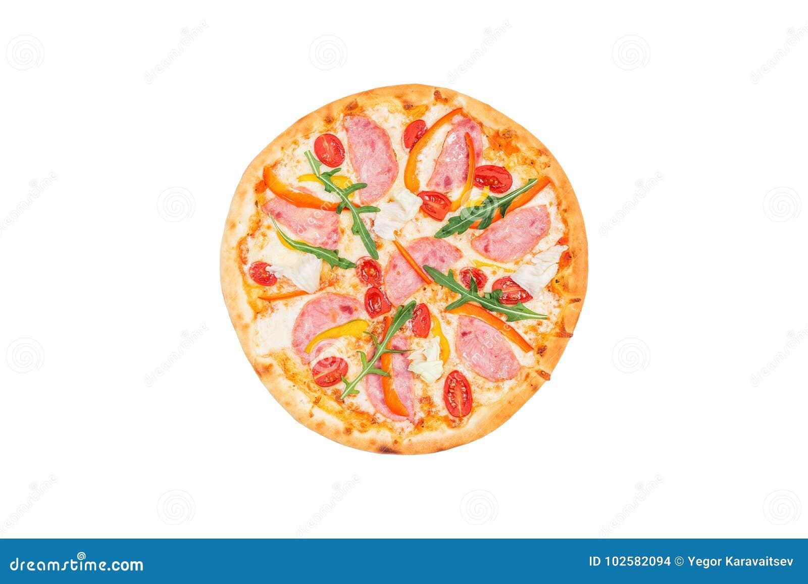 Läcker pizza med skinka, söt peppar, rucola, tomater och isberggrönsallat som isoleras på en vit bakgrund Top beskådar
