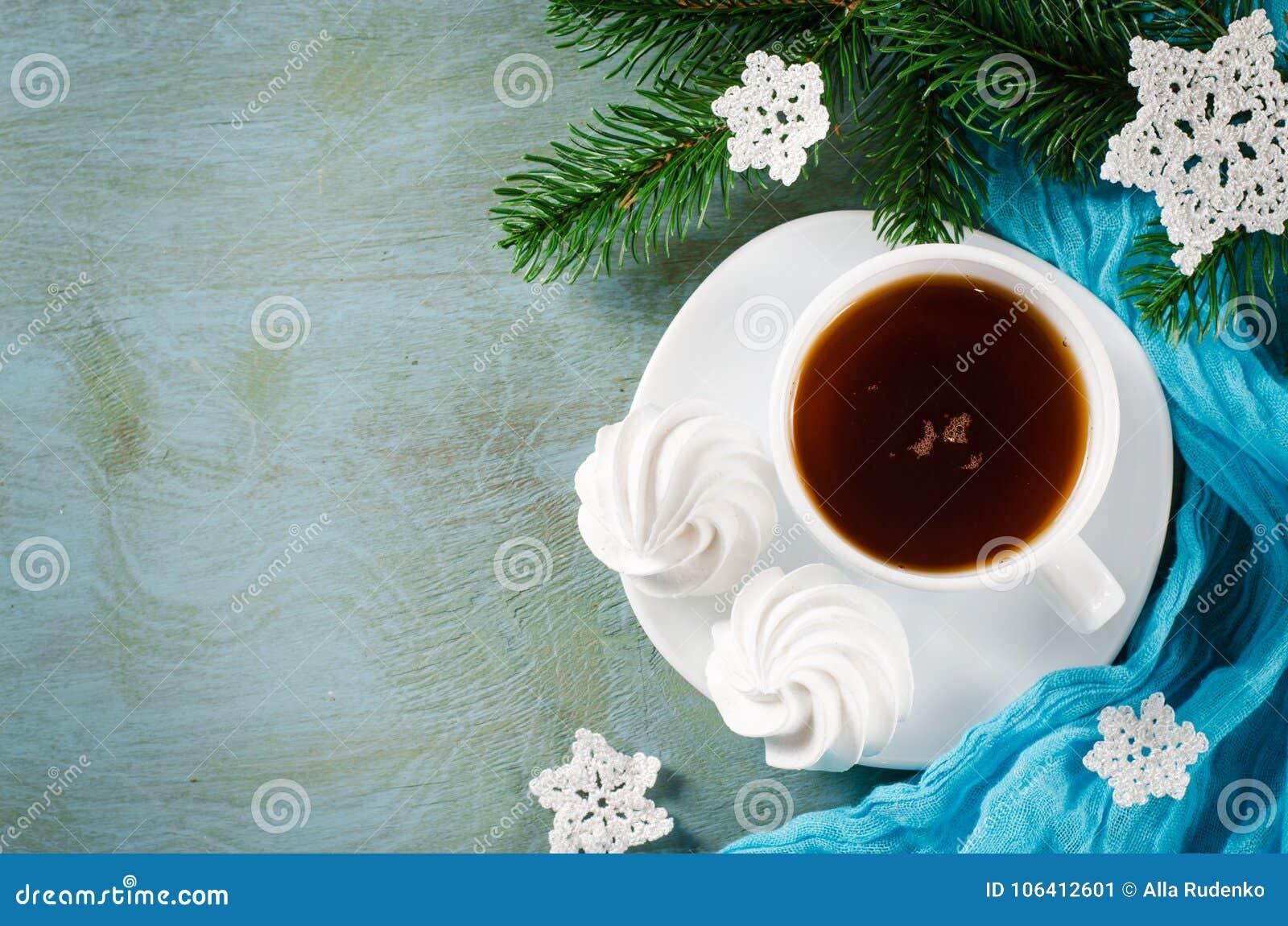 Läckra marängkakor och kopp av varmt te