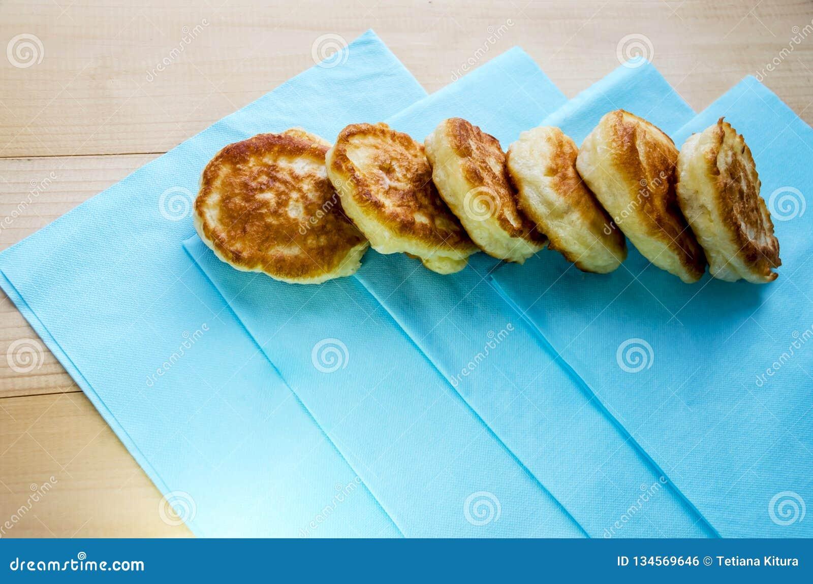 Läckra stekte pannkakor på en trätabell