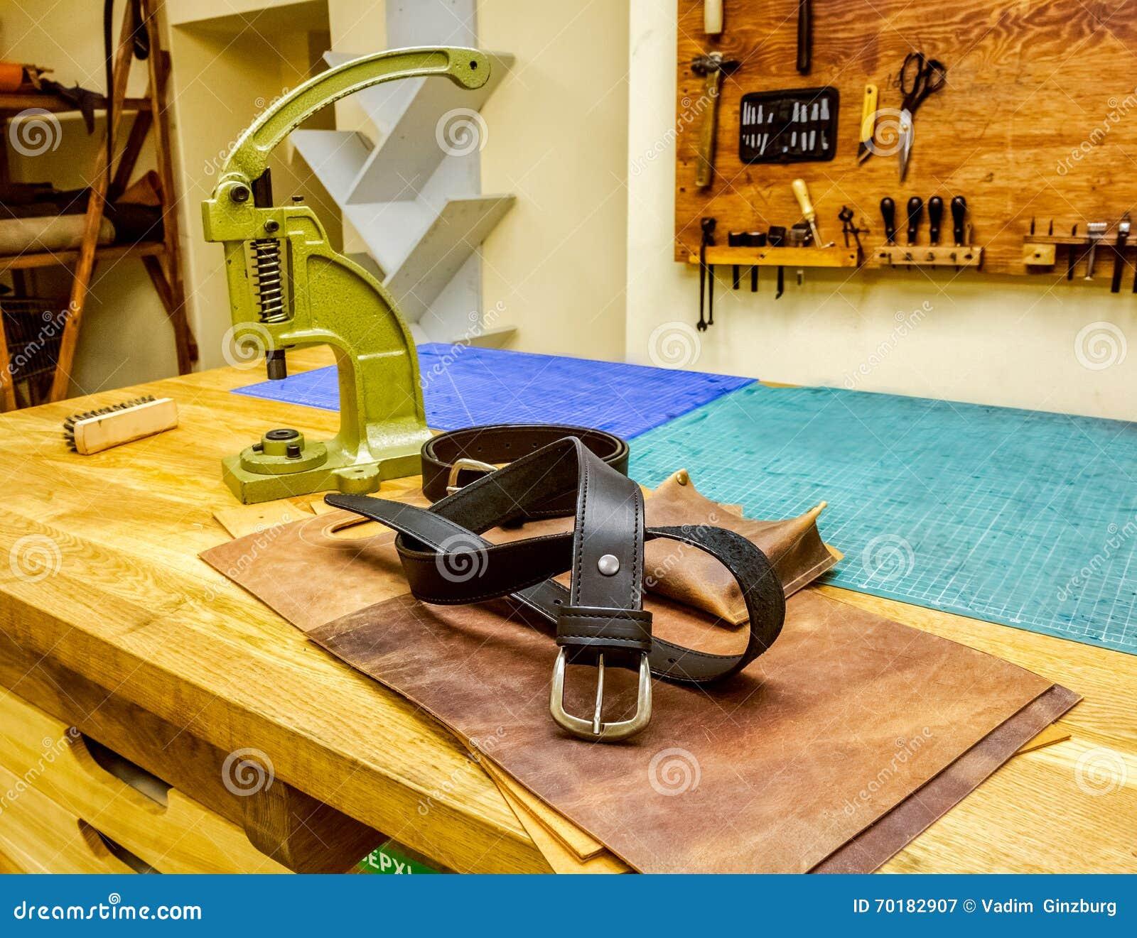 Läderseminariumbälte framme av fattanden på tabellen