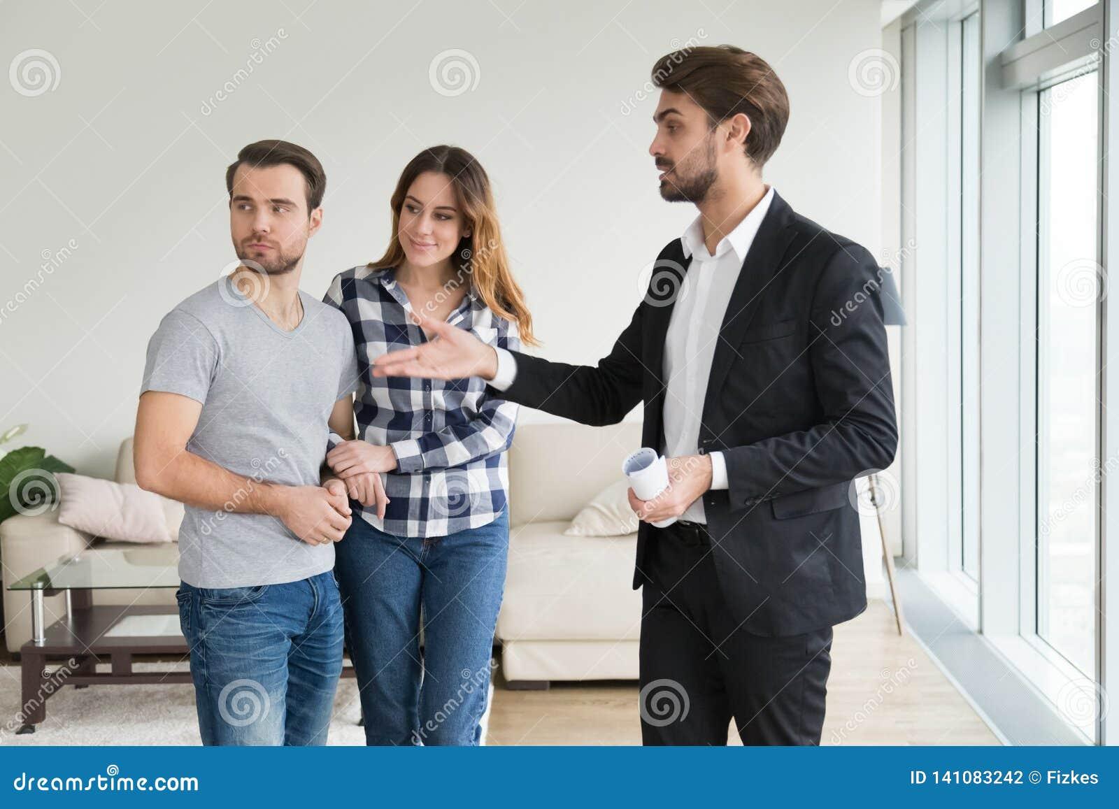 Lägenhet för fastighetsmäklare- eller hyresvärdvisninghus till unga par
