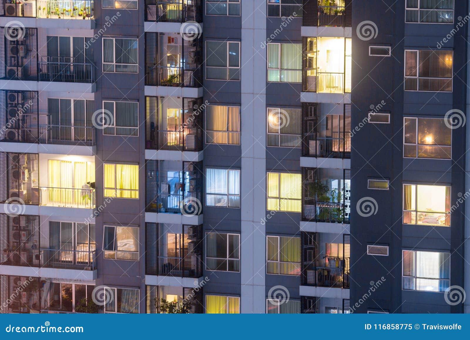 Lägenhetavskildhetsbegreppet på natten med belysning och elektricitet använder årlig stigning Lägenhetfönster på natten
