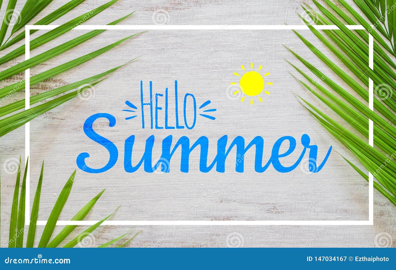 Lägenheten för begreppet för semestern för det Hello sommarloppet lägger affischbakgrundsbegrepp Hello sommartext på vit träbakgr