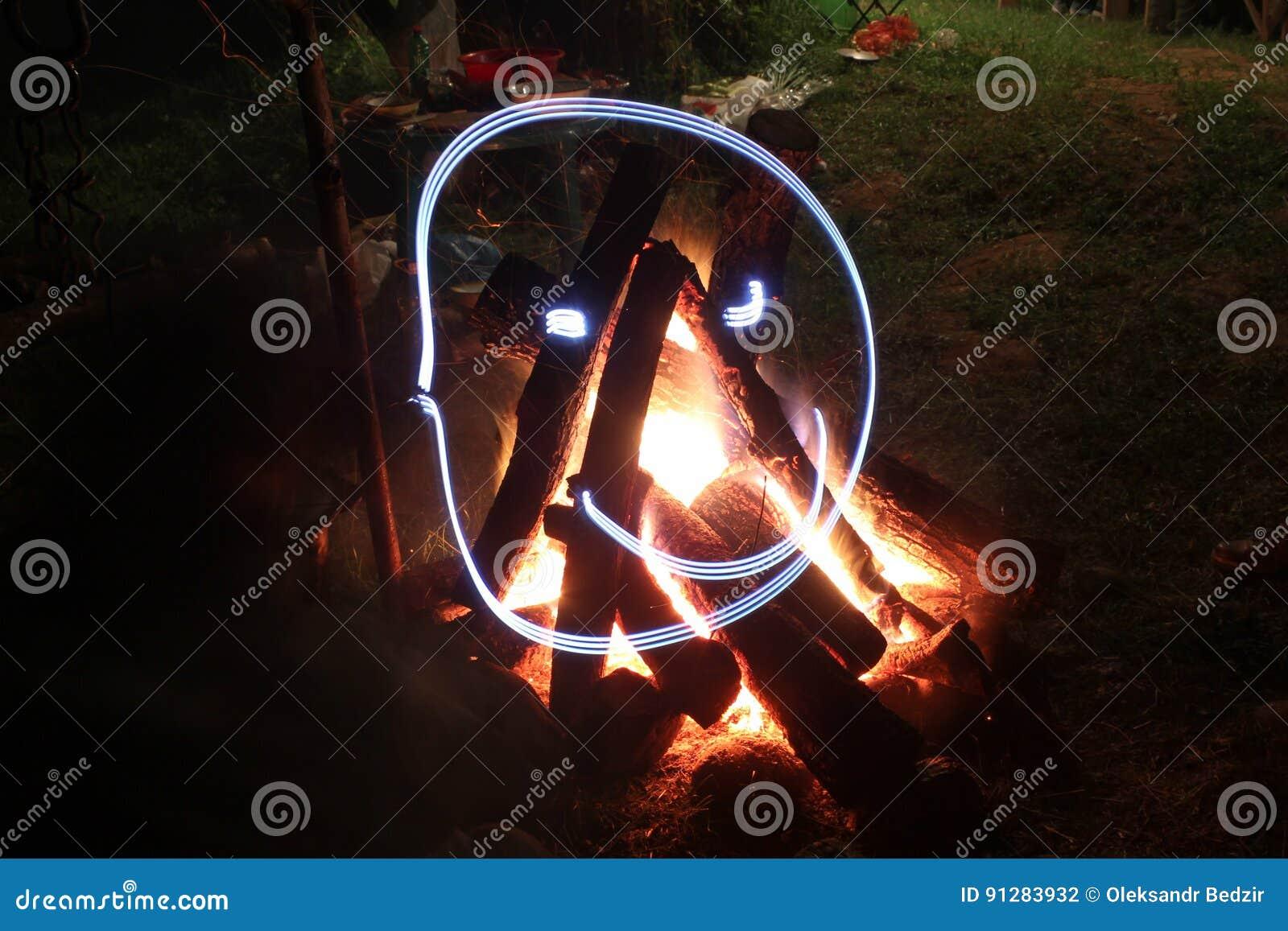 Lägereld i brandgrop på campingplatsen
