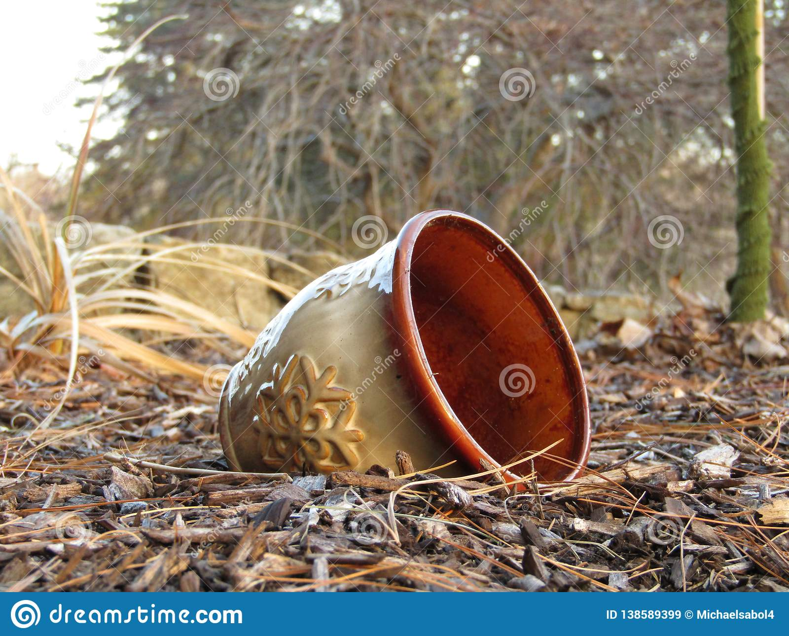 Lägga för kruka som är oanvänt i smutsen