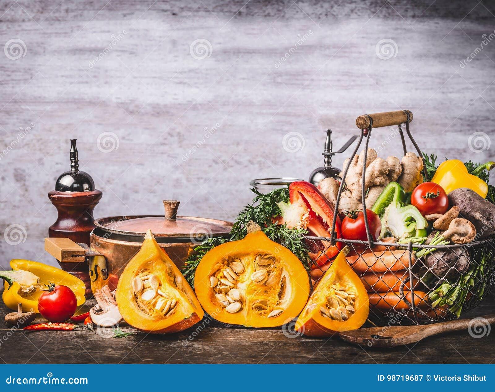 Lägger in säsongsbetonad matstilleben för hösten med pumpa, champinjoner, olika organiska skördgrönsaker och matlagning på lantli