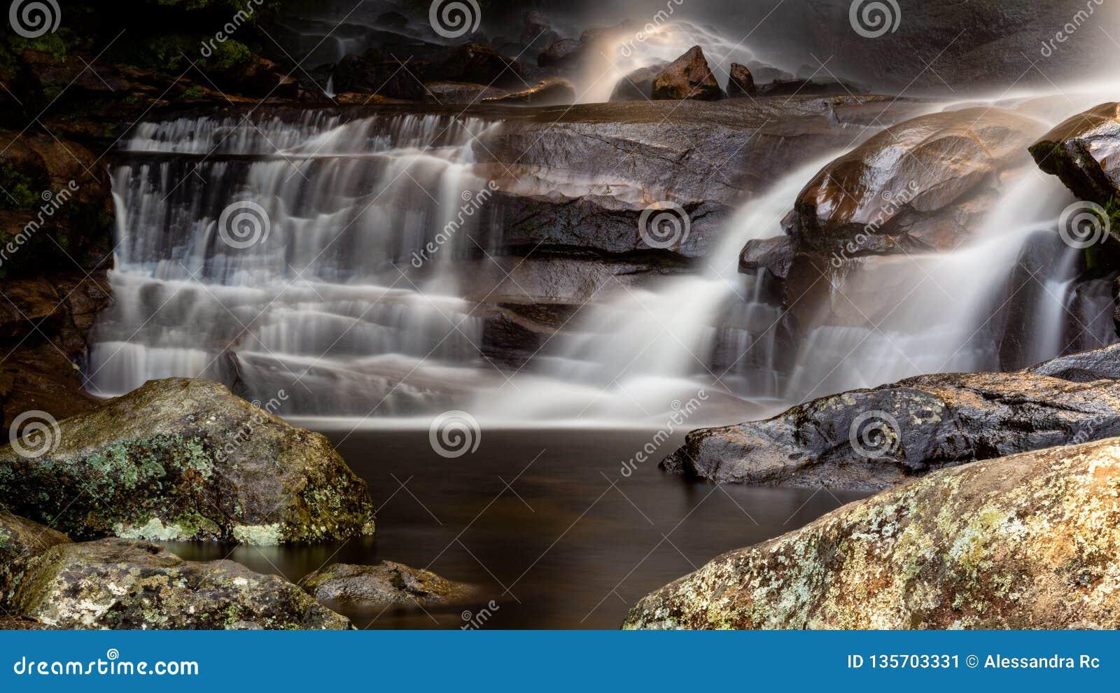Lägre del av den Macumba vattenfallet