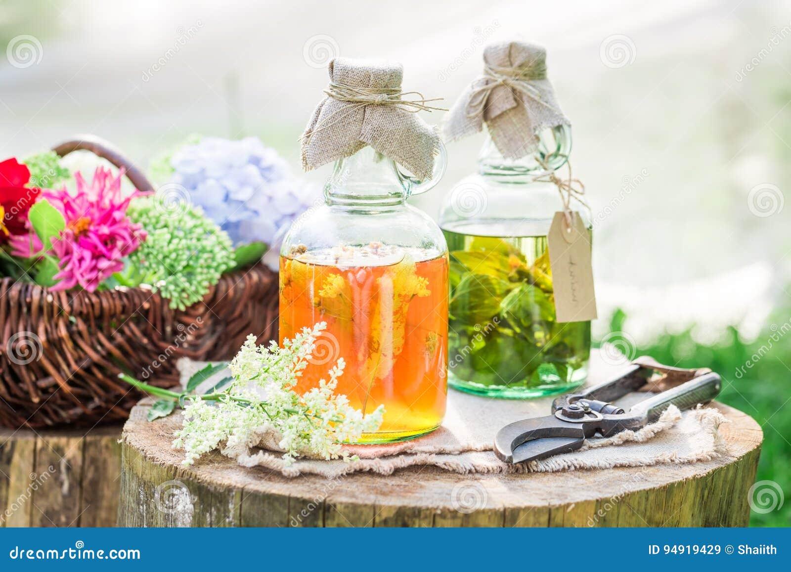 Läka örter i flaskor som naturlig medicin i sommar