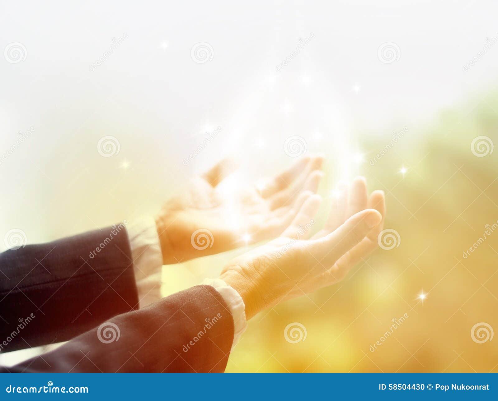 Läka cirkeln av ljus, öppnar den gamla kvinnliga botemedelen med händer upp omgivet av en vit cirkel av färg- och vitstjärnaljus