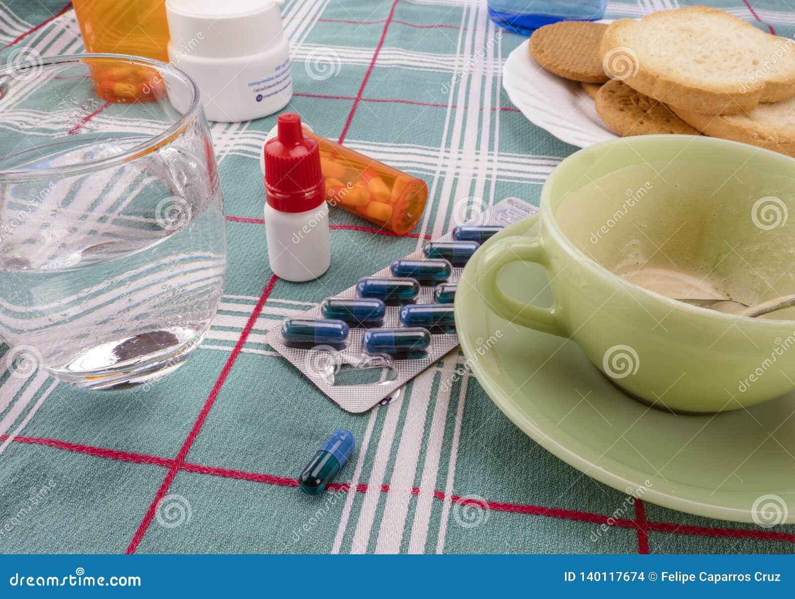 Läkarbehandling under frukosten, kapslar bredvid ett exponeringsglas av vatten, begreppsmässig bild