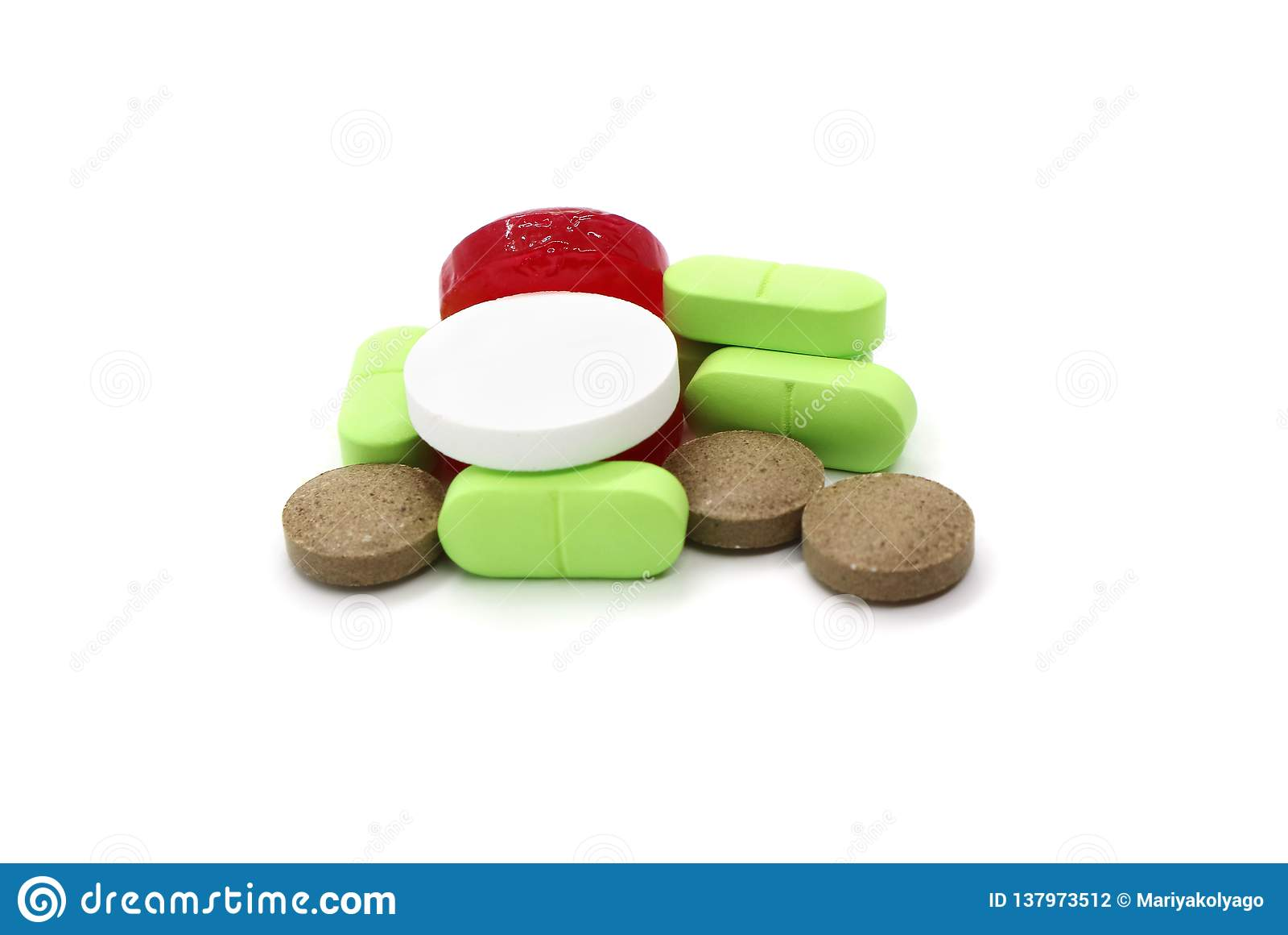 Läkarbehandlingpiller är en grupp av mång--färgade objekt som isoleras på en vit