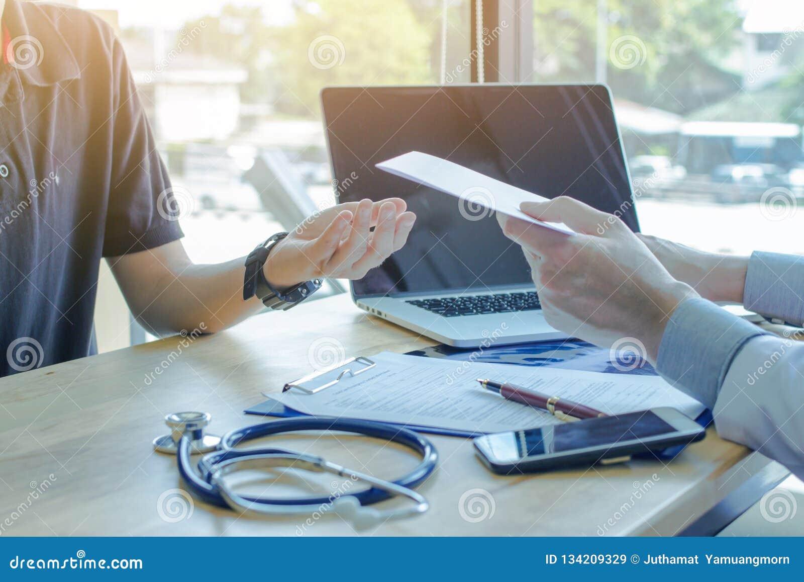 Läkare bröstcancerlägerledare, vanlig läkarbehandling, sund övning, medicinskt sunt begrepp