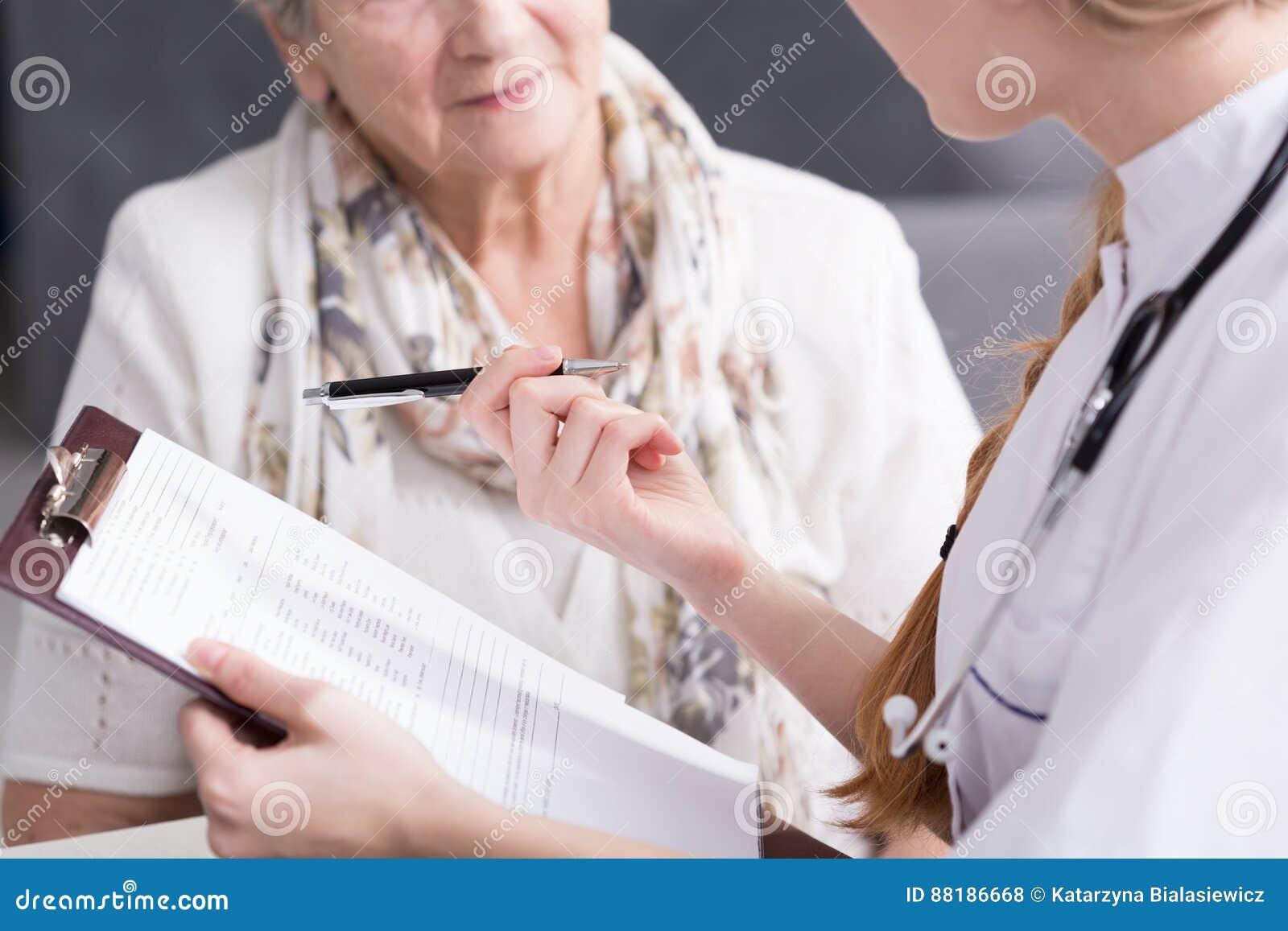 Läkare som gör medicinsk intervju