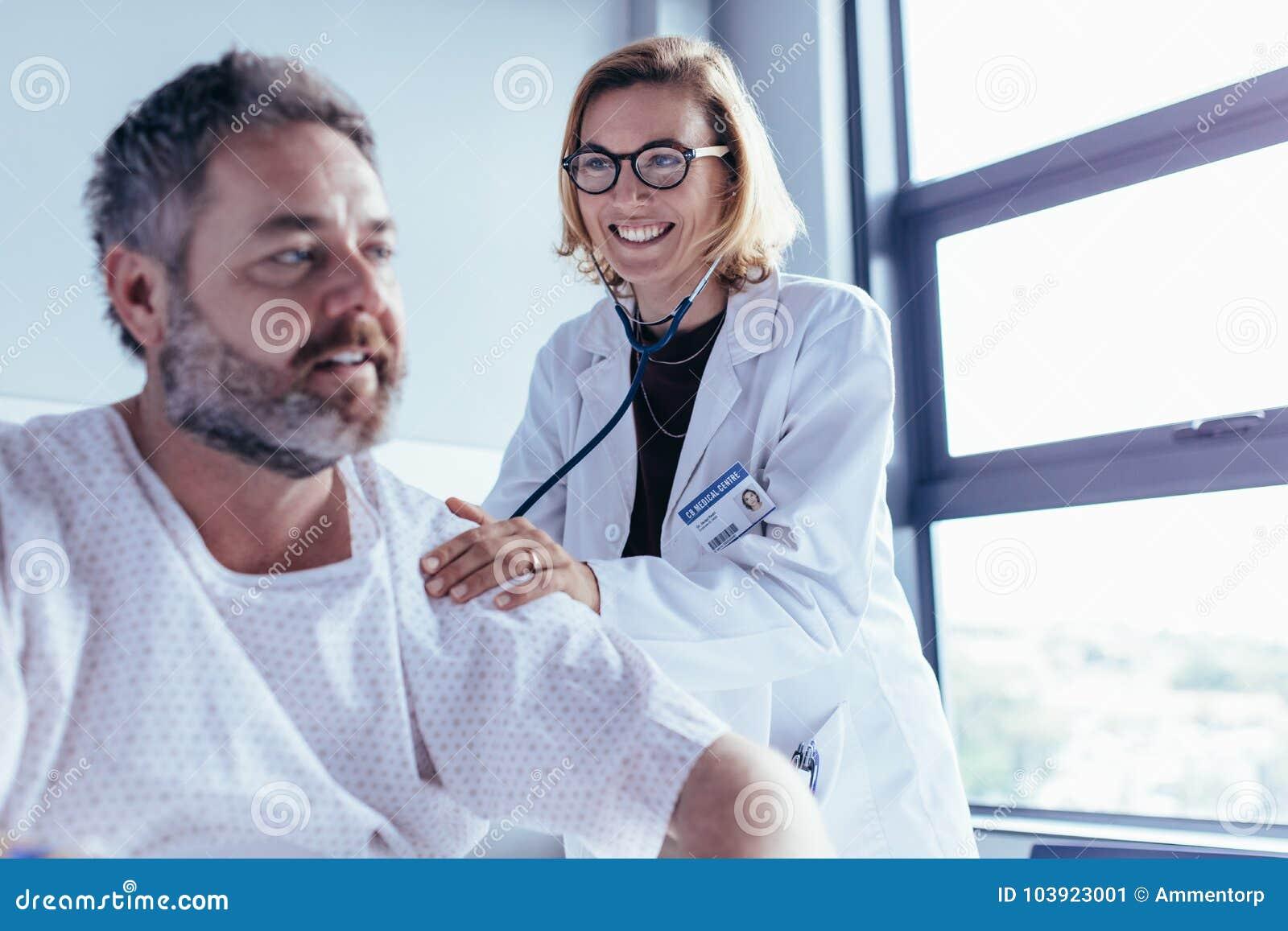 Läkarundersökning av den mogna mannen i sjukhussal