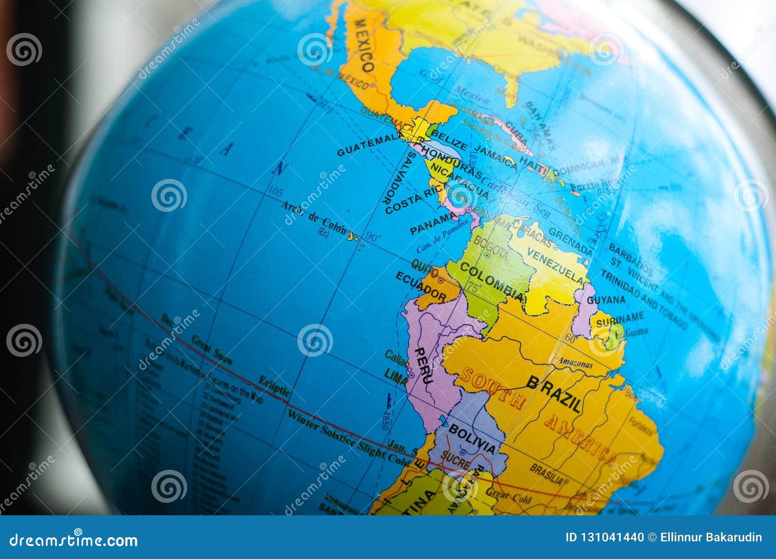 Länder und Kontinente schließen oben mit der Farbkarte auf einer Kugel mit Büchern im Hintergrund