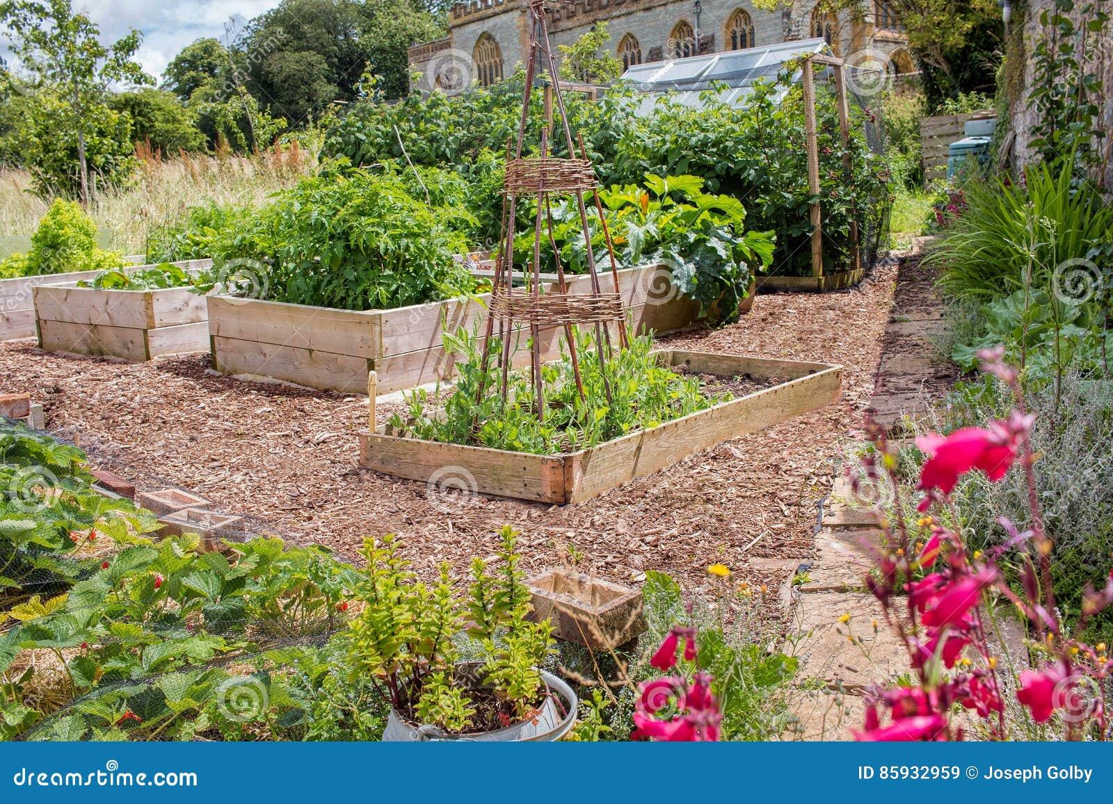 Landlicher Hochbeet Gemuse U Blumen Garten Stockbild Bild Von
