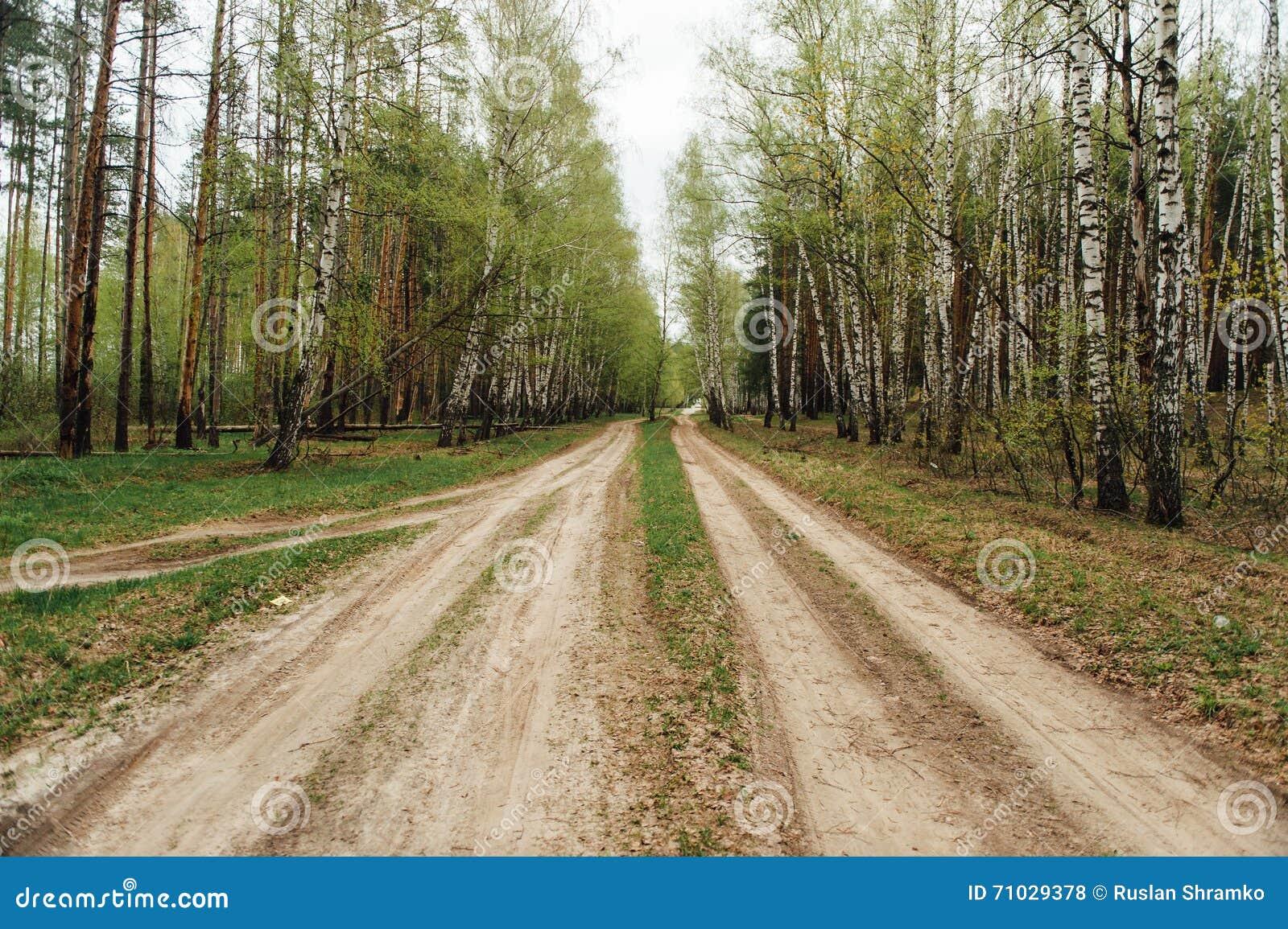 Ländlicher Schotterweg zwei