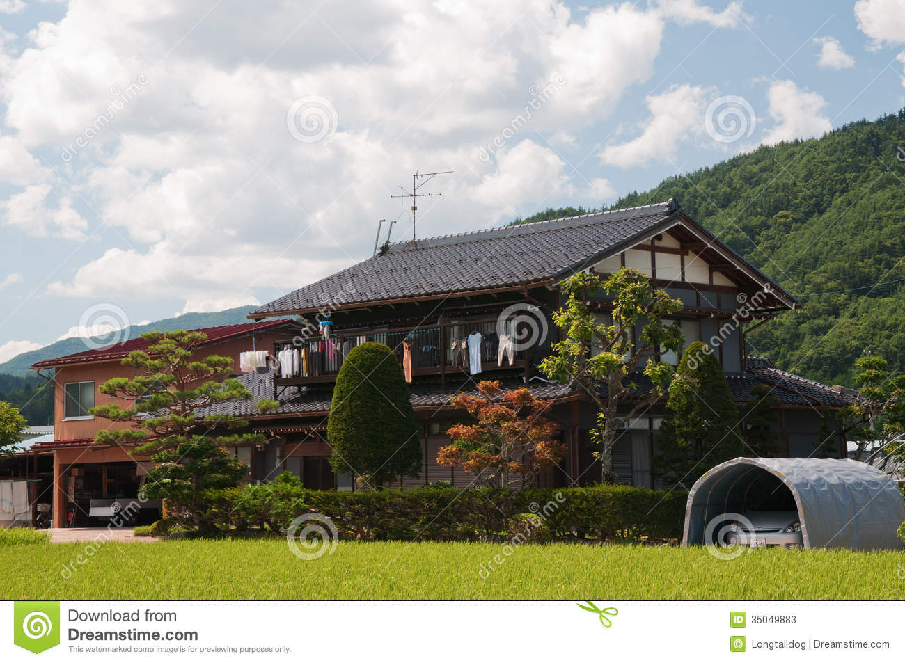 lndliches haus in japan bergen redaktionelles stockfoto - Haus Japan
