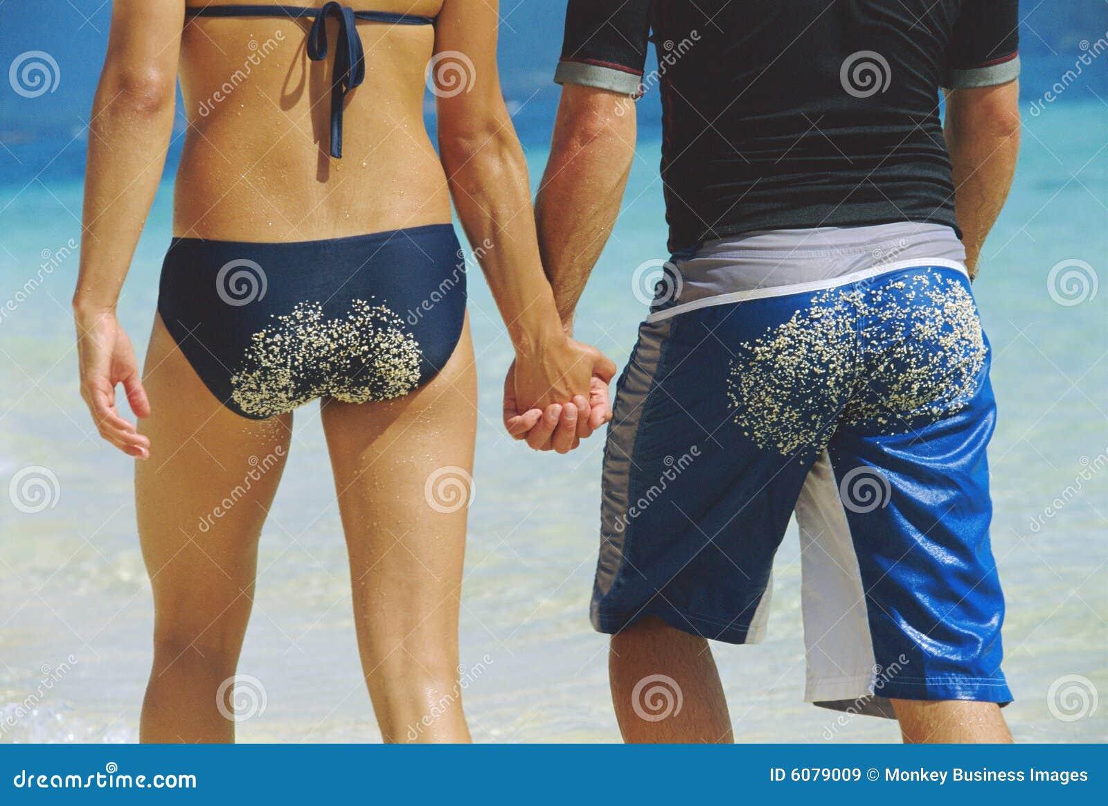 Längs barn för bakre sikt för strandpar gå