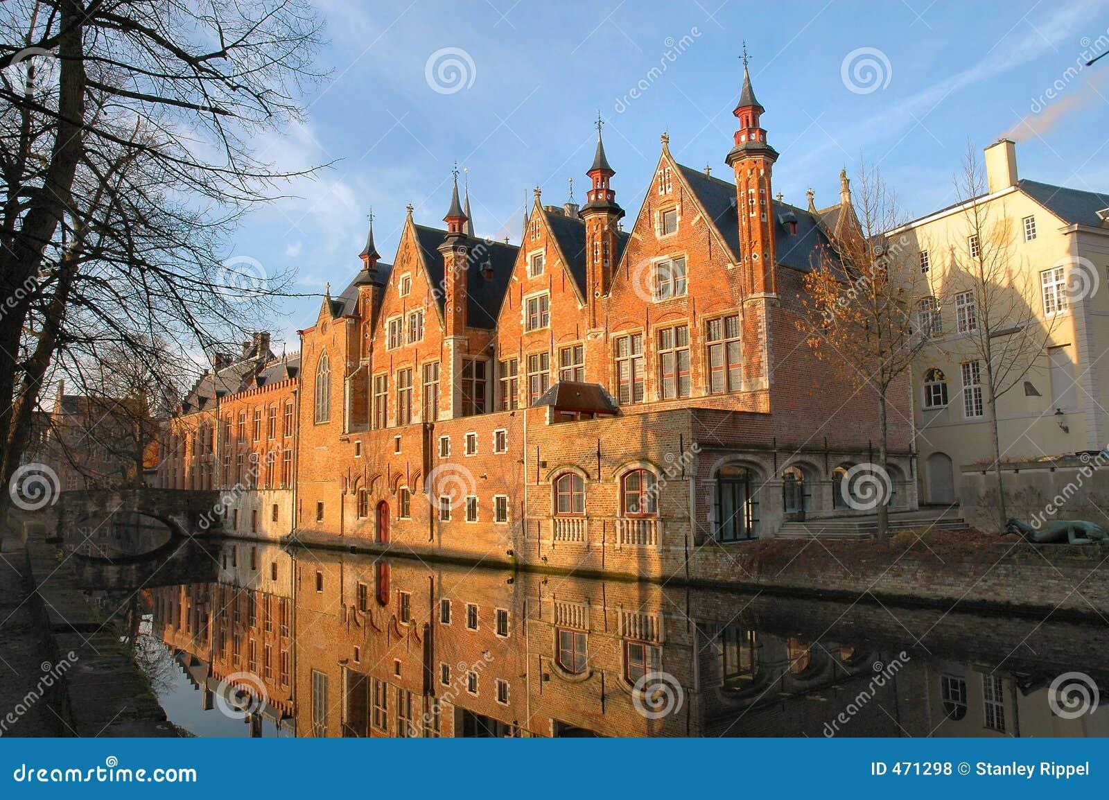Längs kanalen för byggnader för Belgien tegelstenbrugges