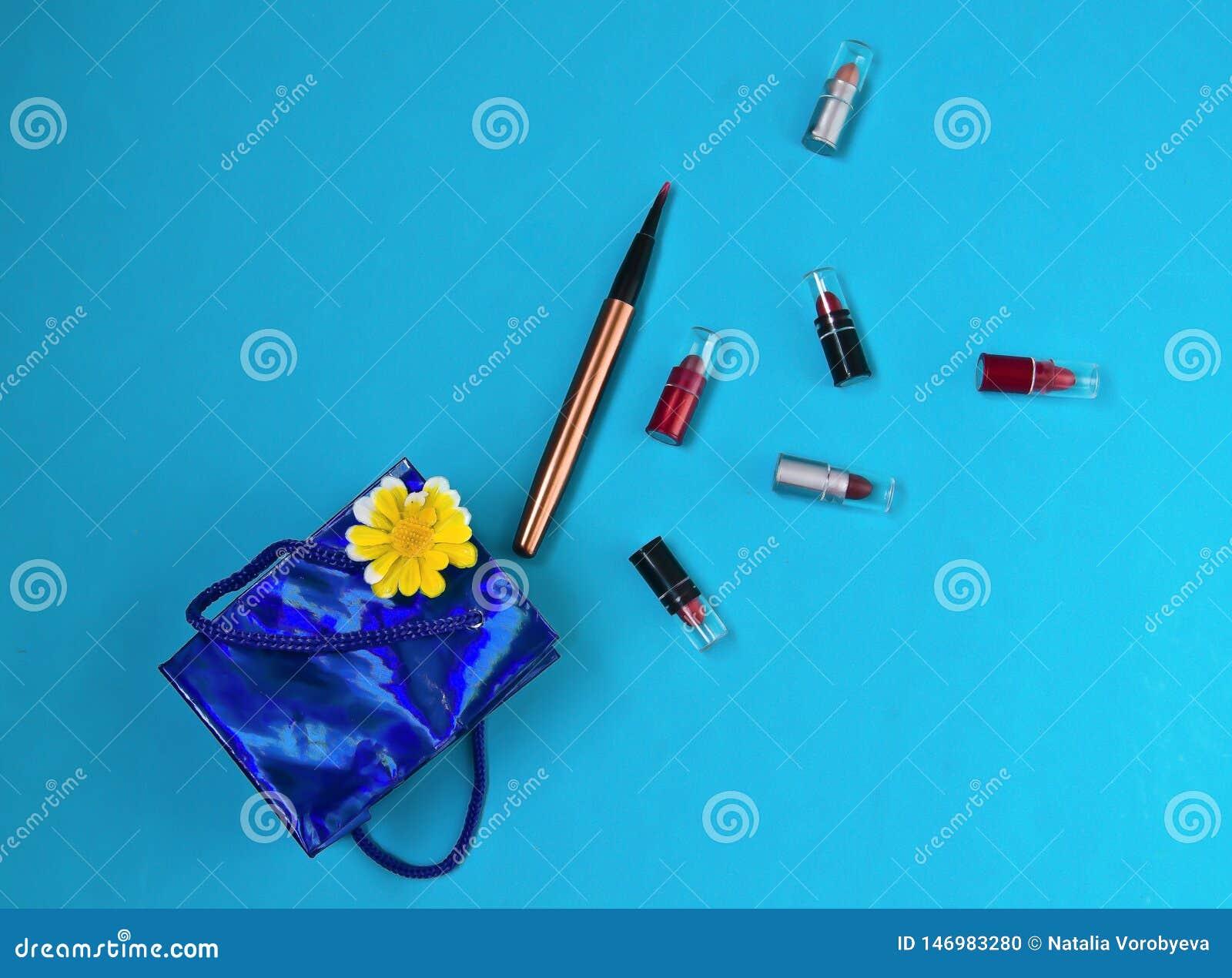 Läppstift borste, packe, gåva, överraskning, på blå bakgrund